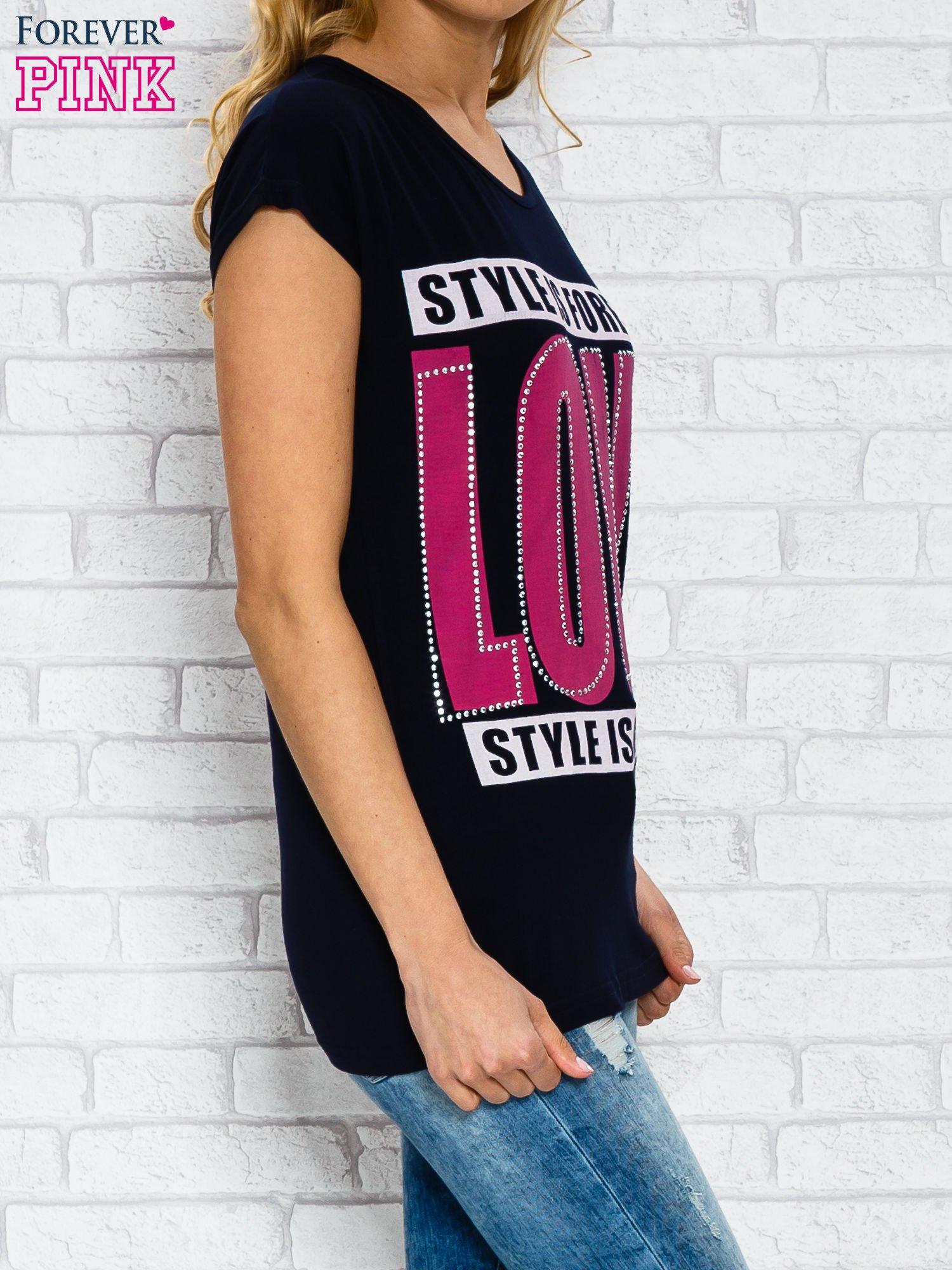 Granatowy t-shirt z napisem STYLE IS FOREVER LOVE z dżetami                                  zdj.                                  3