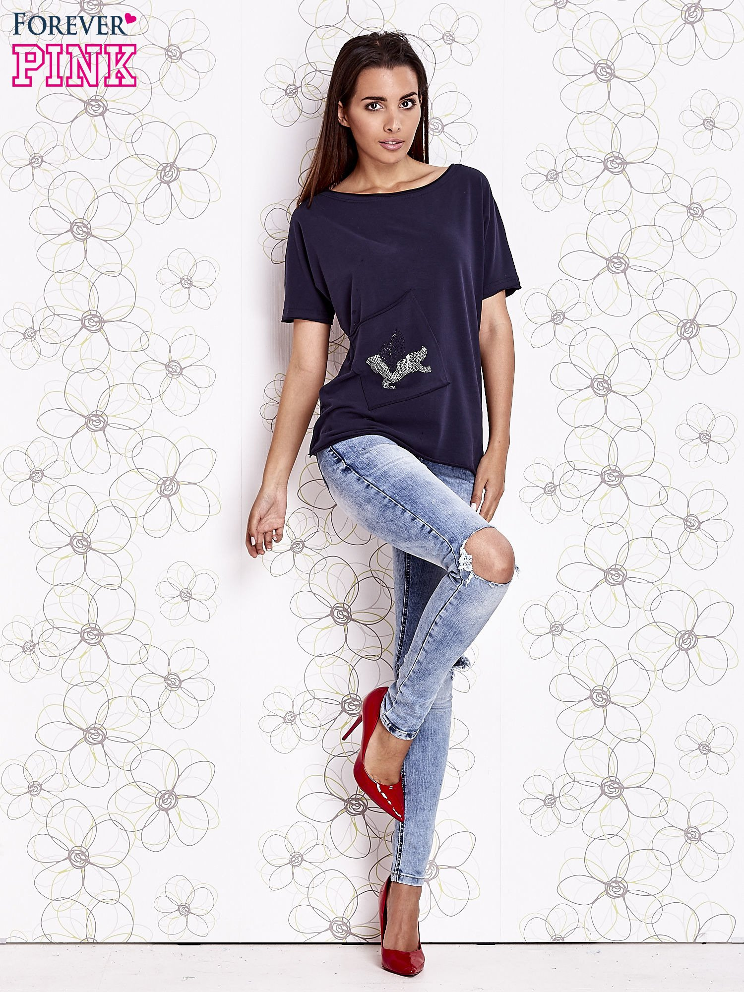Granatowy t-shirt z ukośną kieszenią i dżetami                                  zdj.                                  2