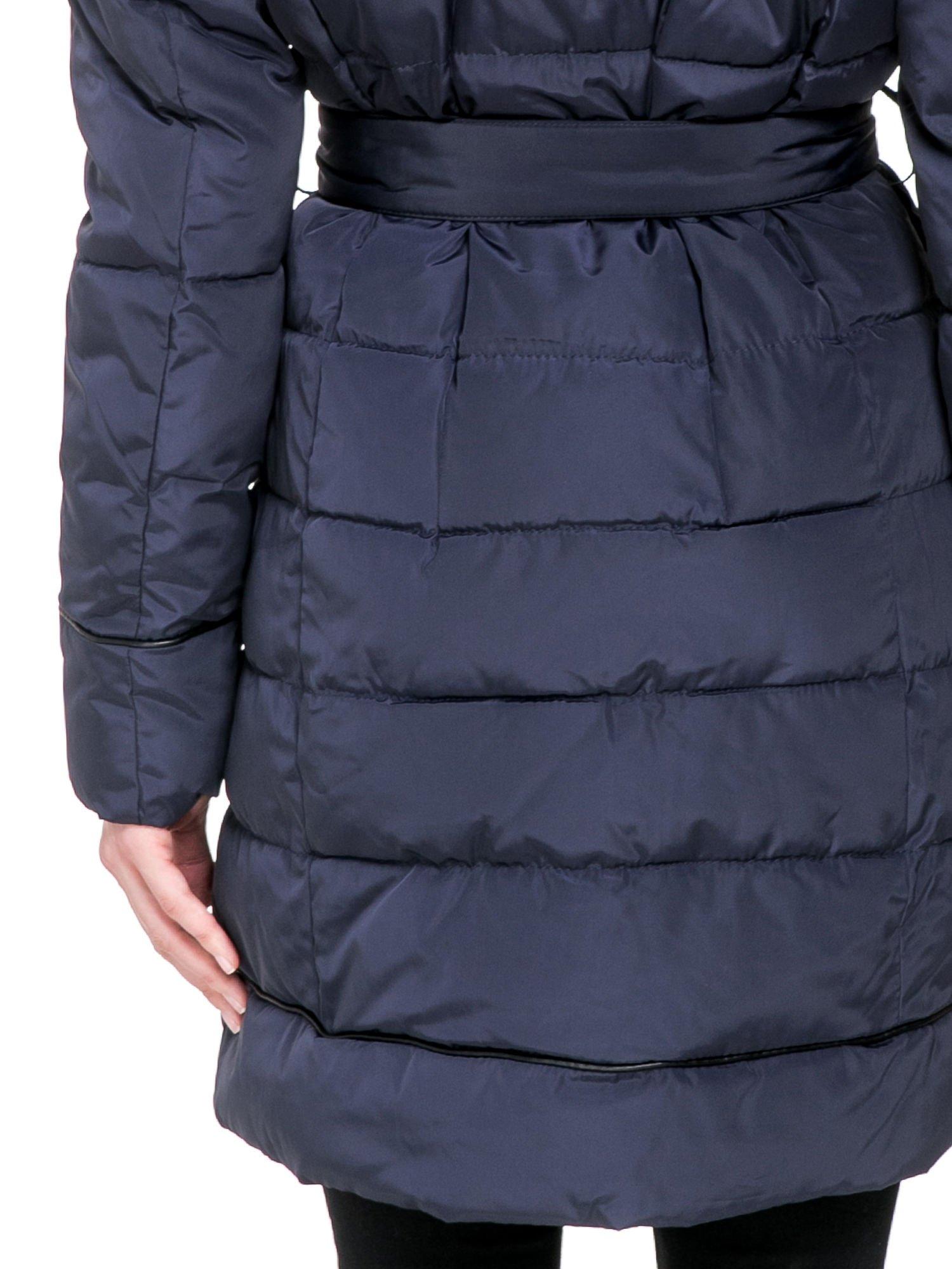Granatowy taliowany płaszcz puchowy z kapturem z futerkiem                                  zdj.                                  6