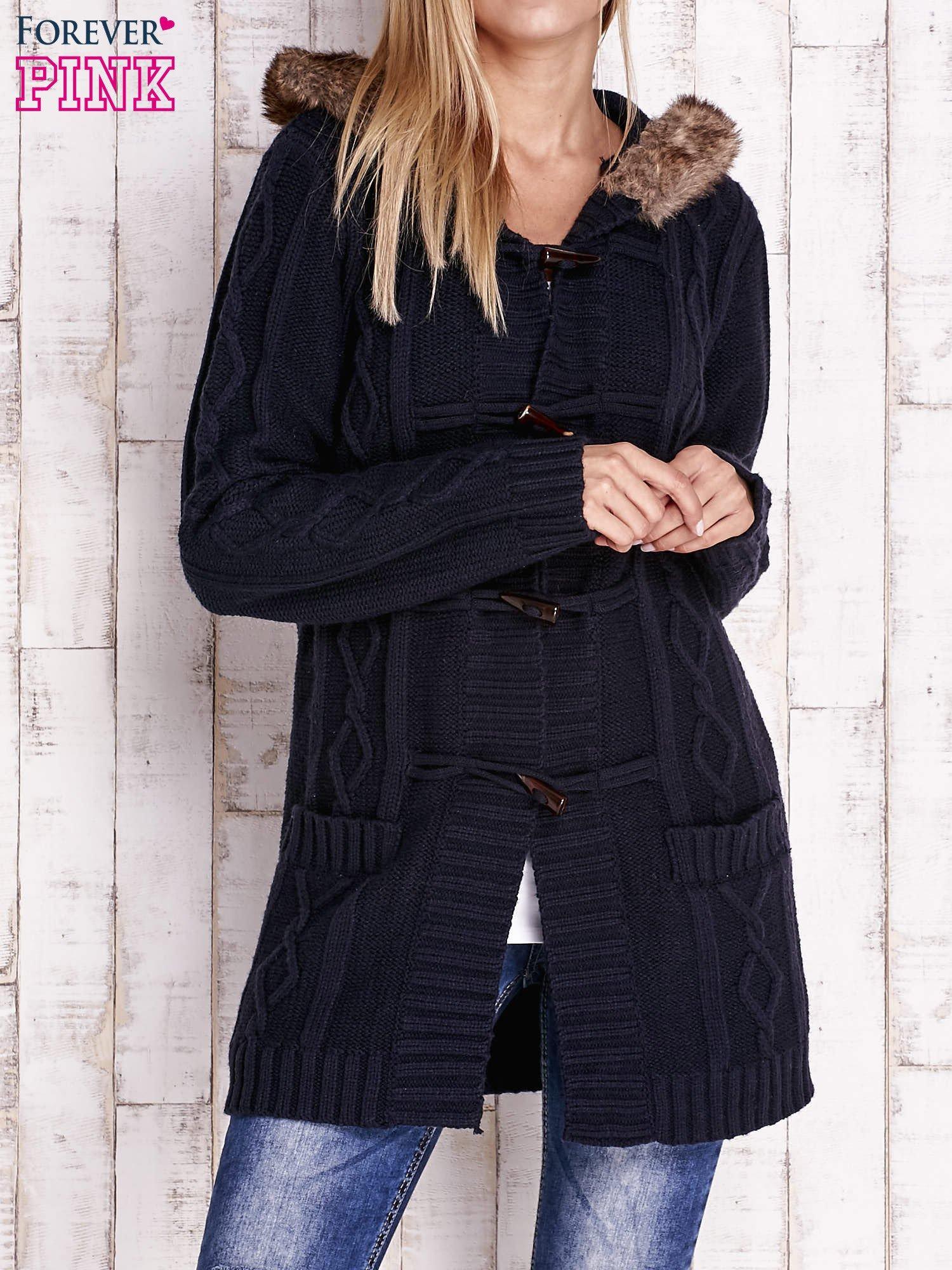 Granatowy wełniany sweter z futrzanym wykończeniem kaptura                                  zdj.                                  1