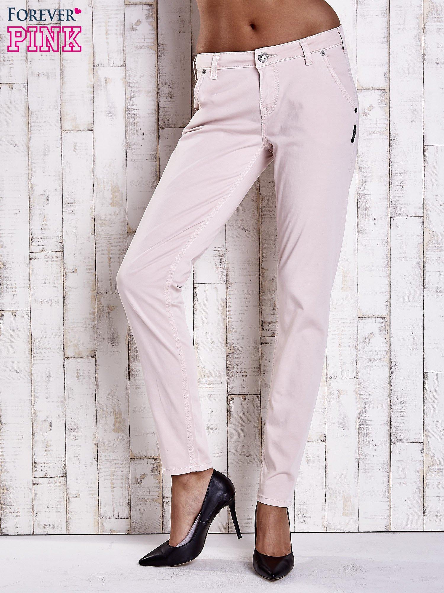 Jasnobeżowe materiałowe spodnie z przeszyciami na kieszeniach                                  zdj.                                  1