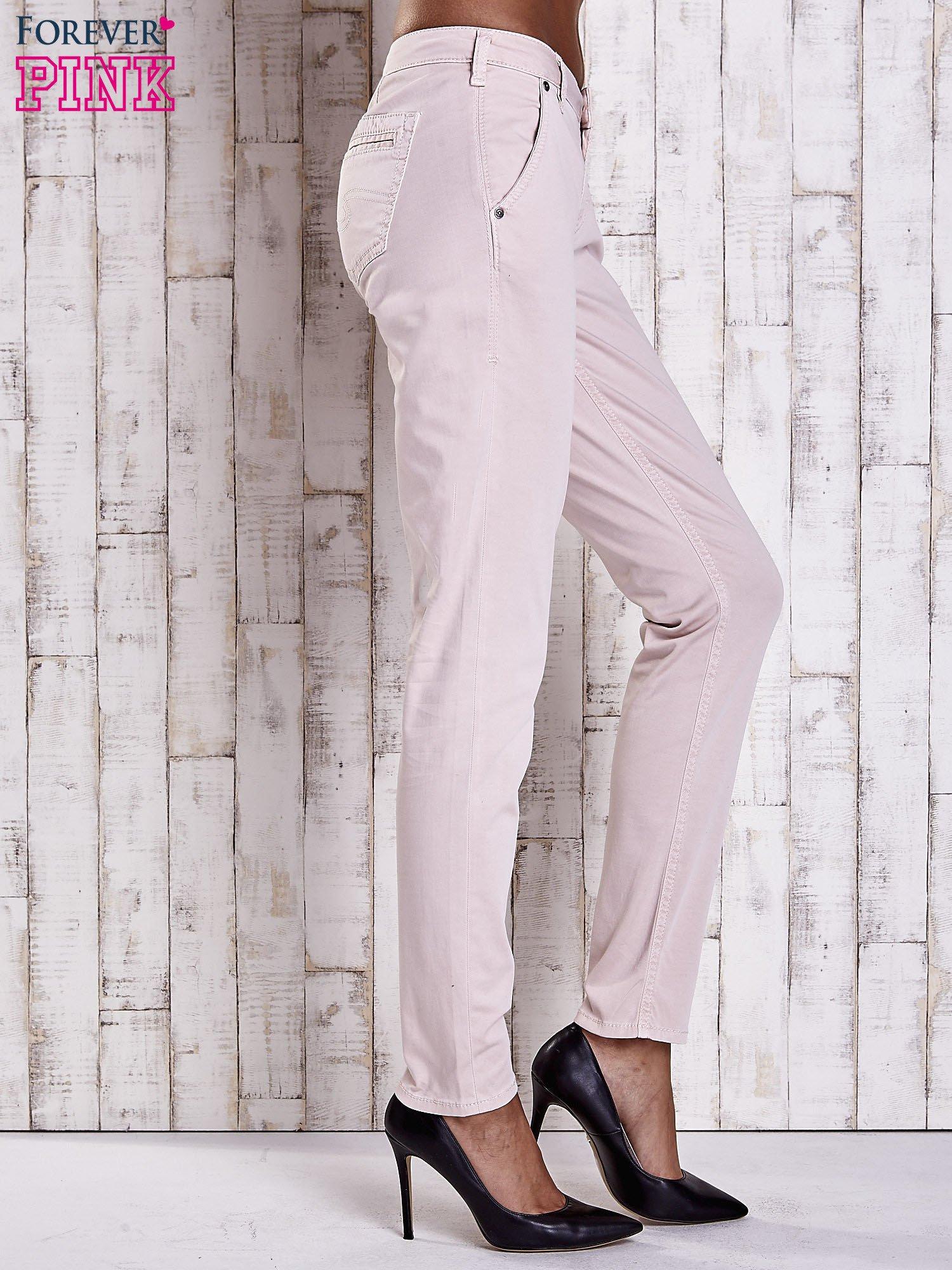 Jasnobeżowe materiałowe spodnie z przeszyciami na kieszeniach                                  zdj.                                  3