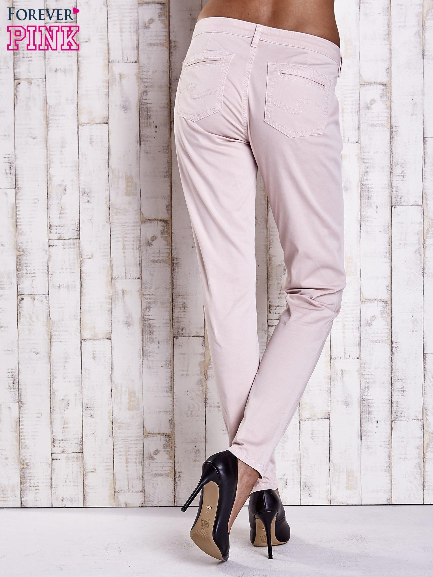 Jasnobeżowe materiałowe spodnie z przeszyciami na kieszeniach                                  zdj.                                  2