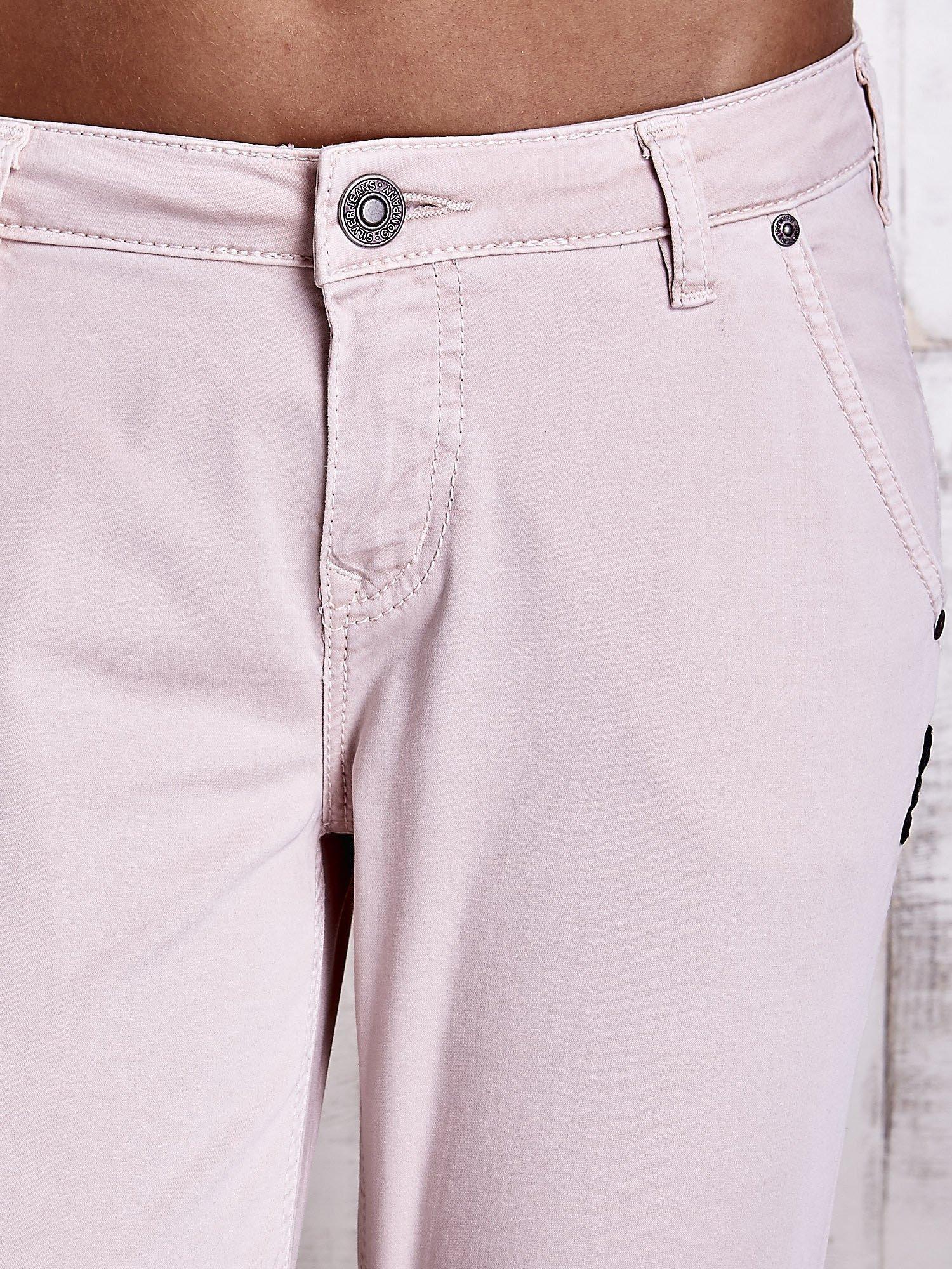 Jasnobeżowe materiałowe spodnie z przeszyciami na kieszeniach                                  zdj.                                  4
