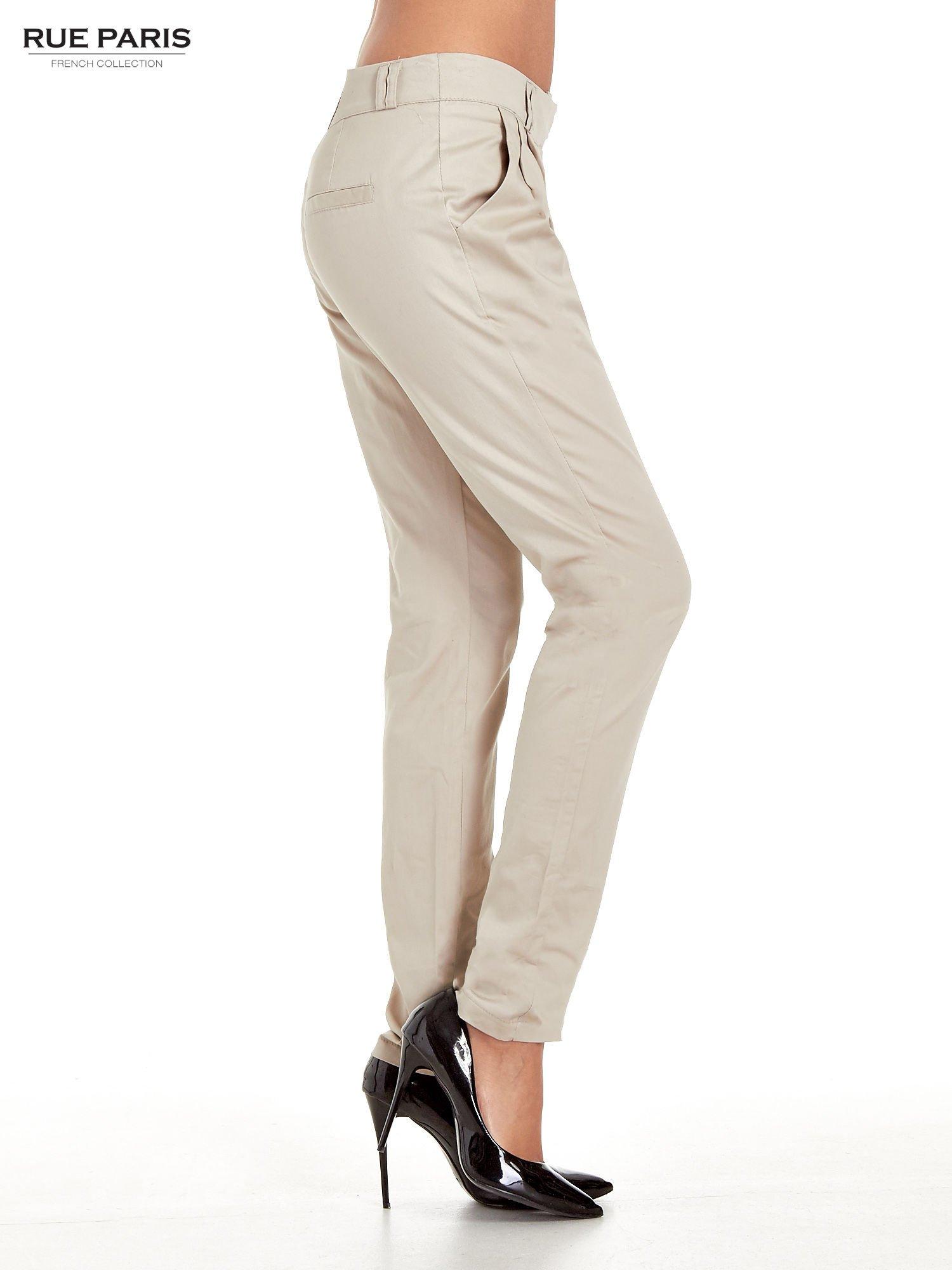 Jasnobeżowe spodnie cygaretki z zakładkami                                  zdj.                                  3