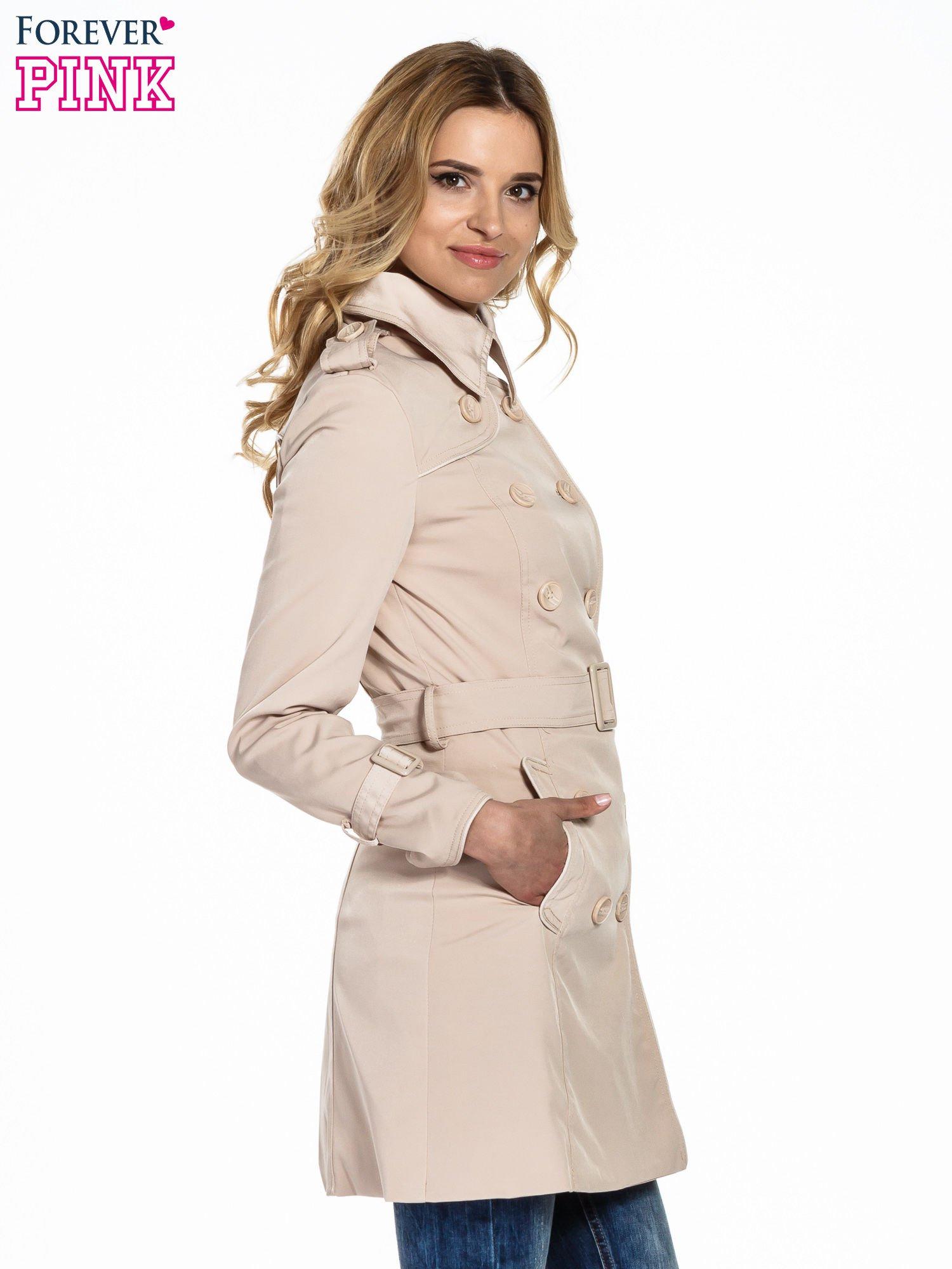 Jasnobeżowy klasyczny płaszcz trencz ze skórzanym obszyciem                                  zdj.                                  3