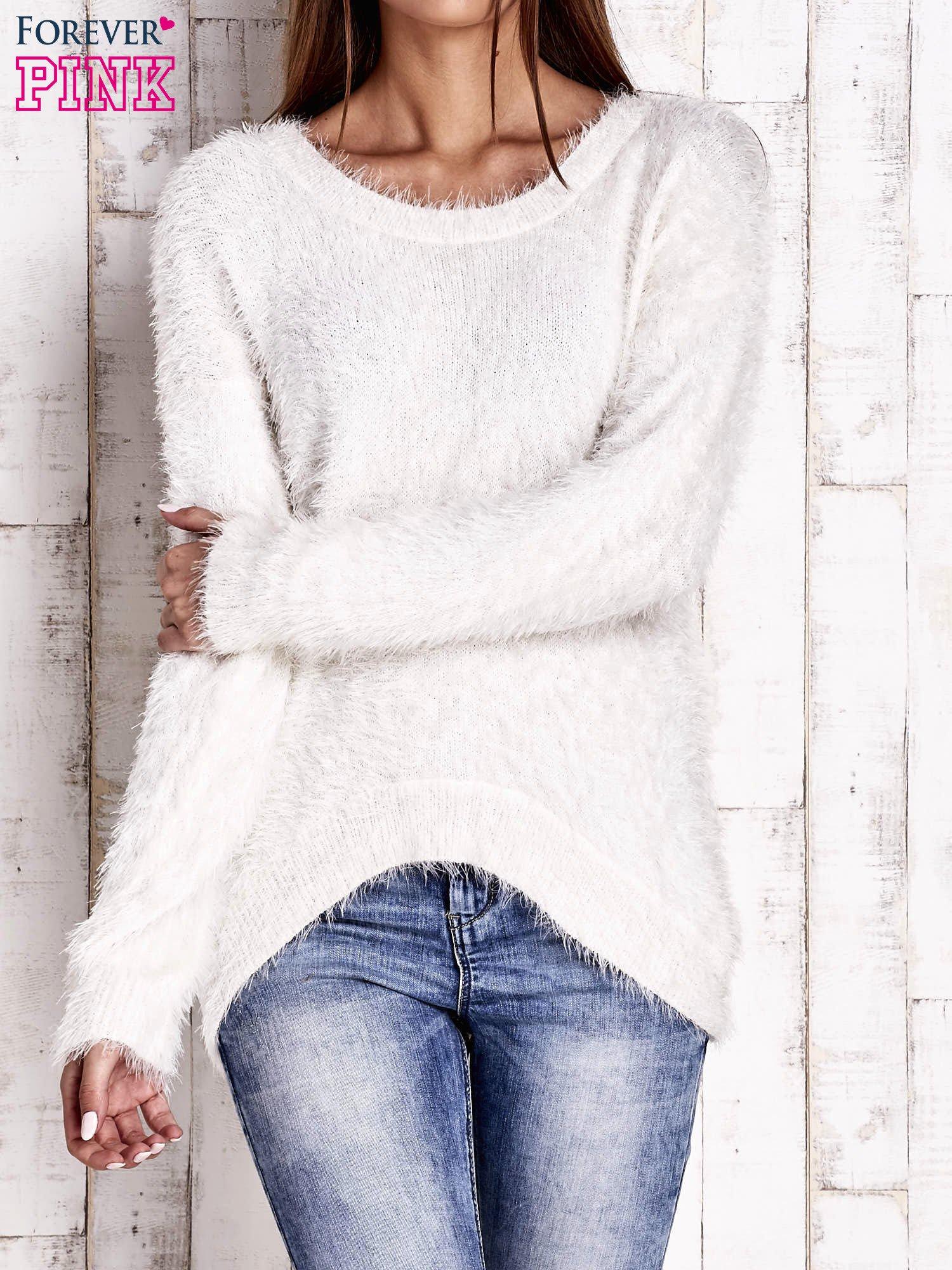 Jasnobeżowy sweter z długim włosem                                  zdj.                                  1
