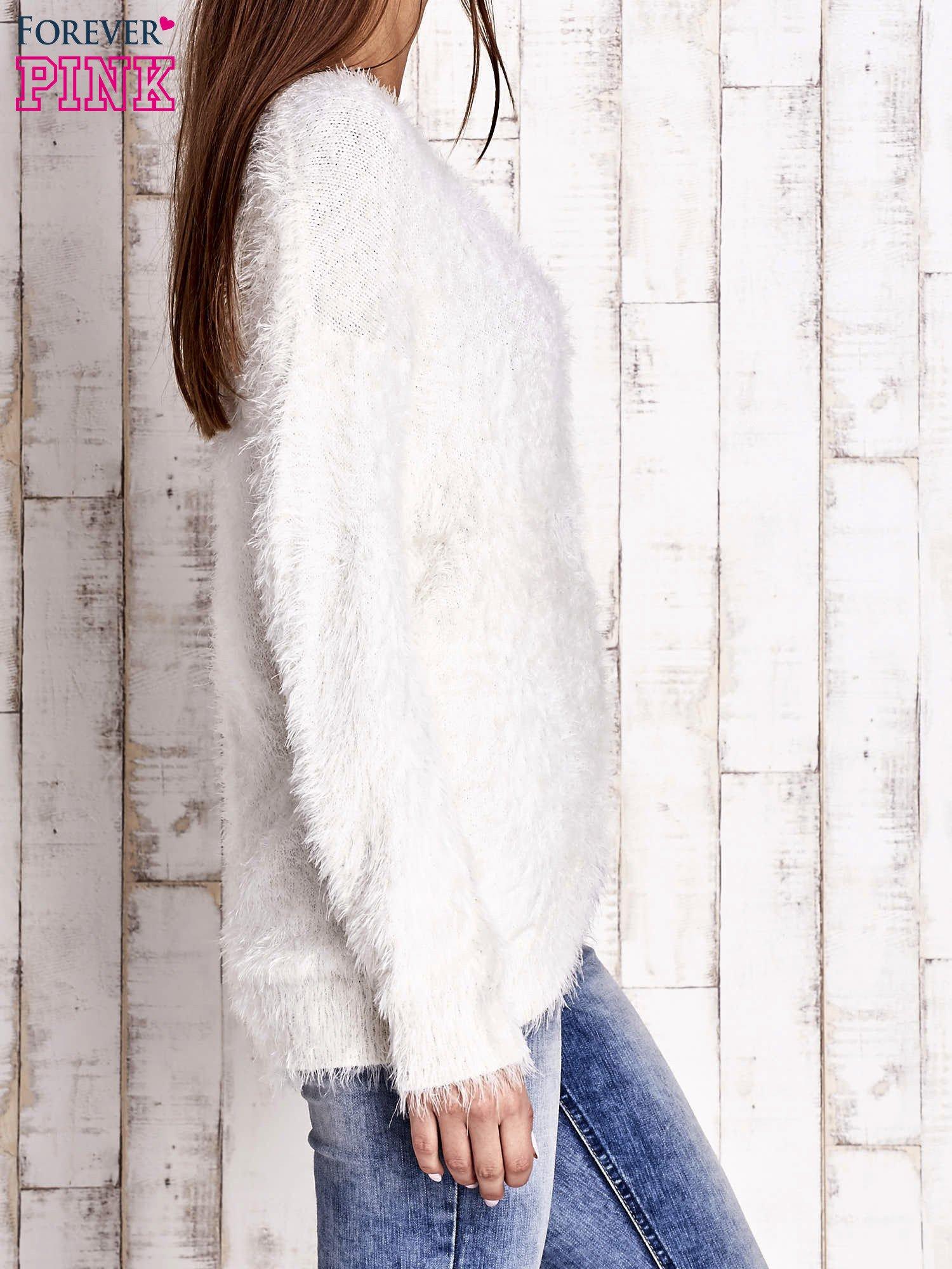 Jasnobeżowy sweter z długim włosem                                  zdj.                                  3