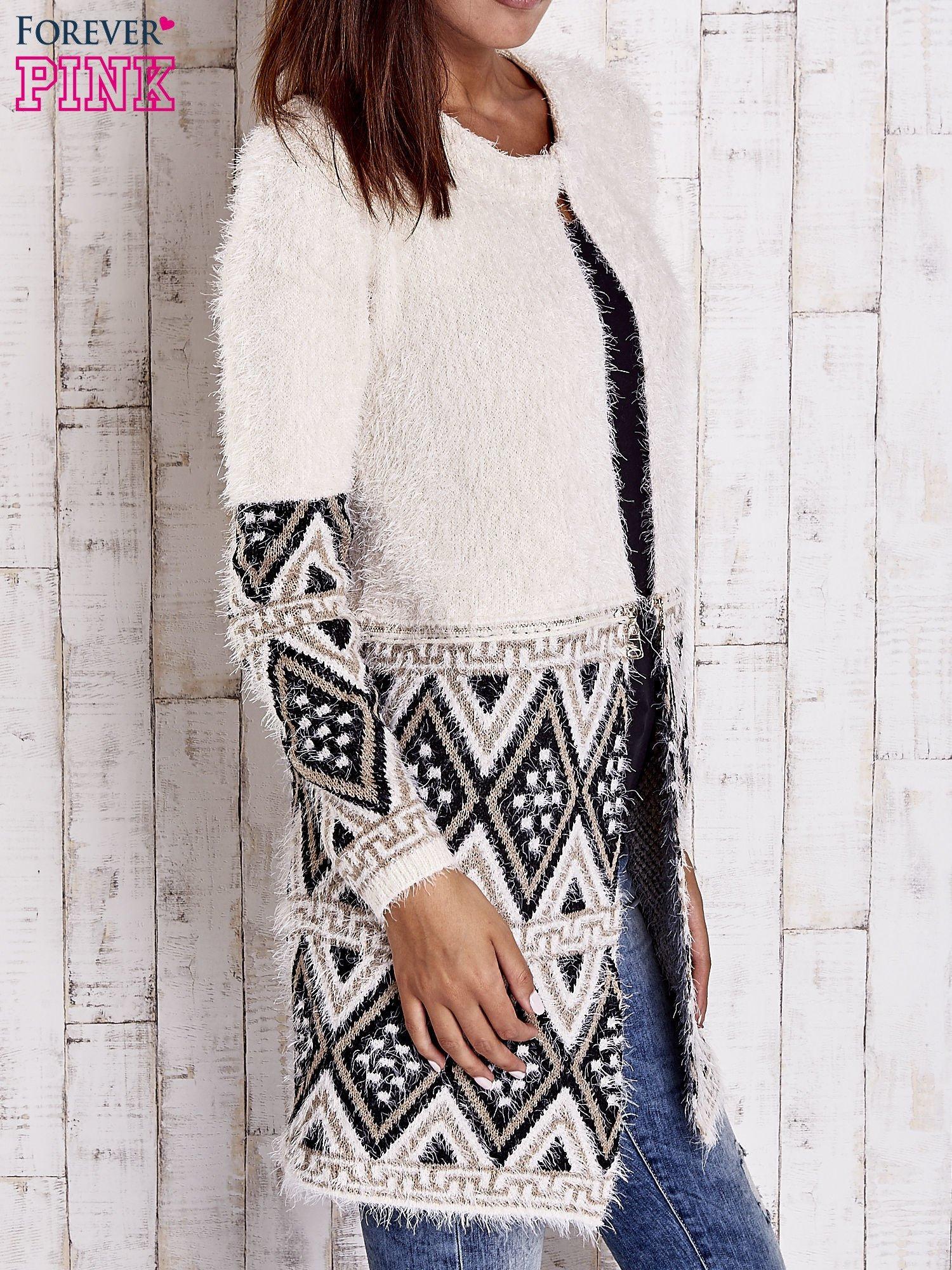 Jasnobeżowy sweter z geometrycznym wzorem i suwakami                                  zdj.                                  4