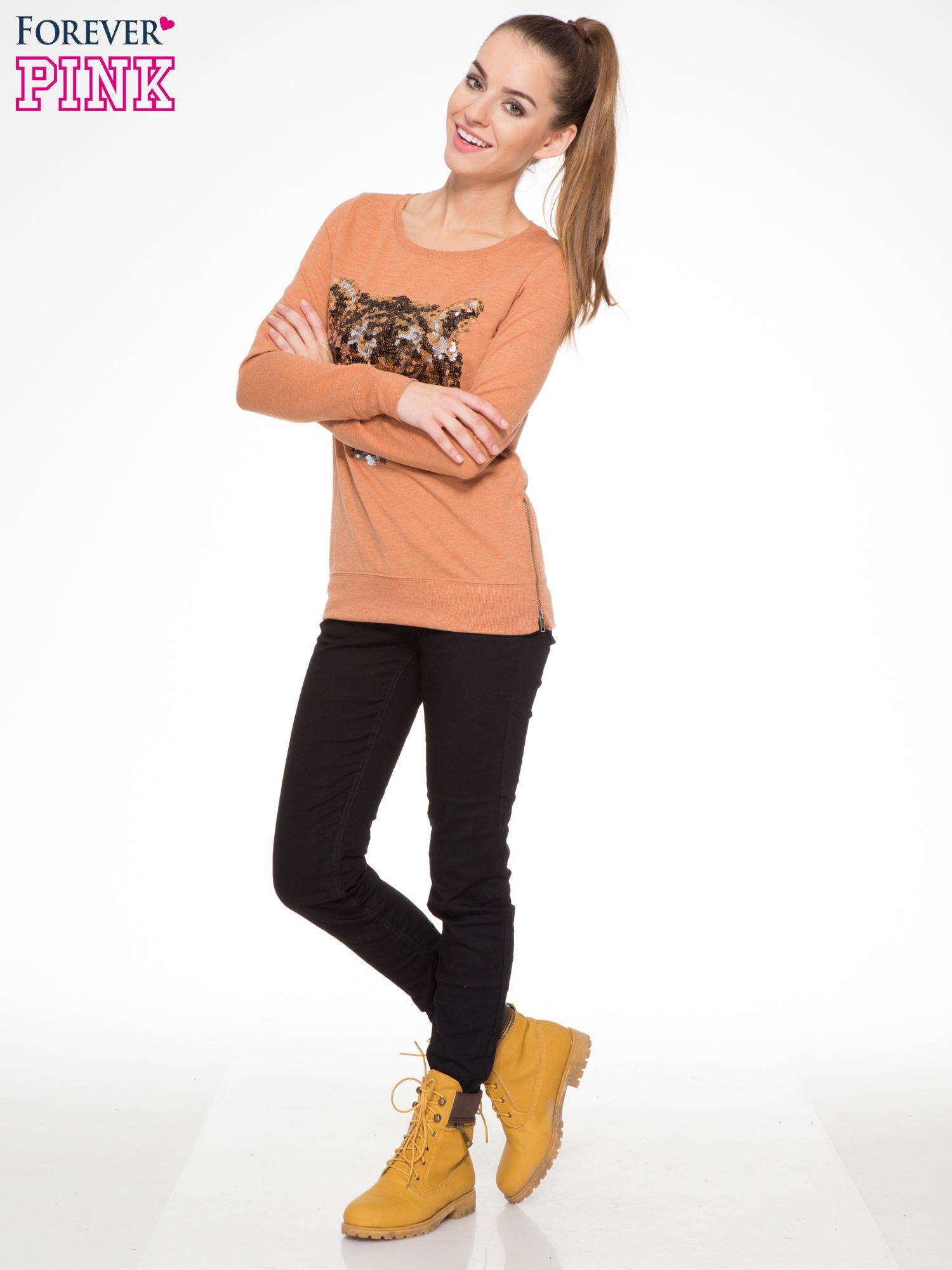Jasnobrązowa bluza z aplikacją tygrysa z cekinów                                  zdj.                                  2