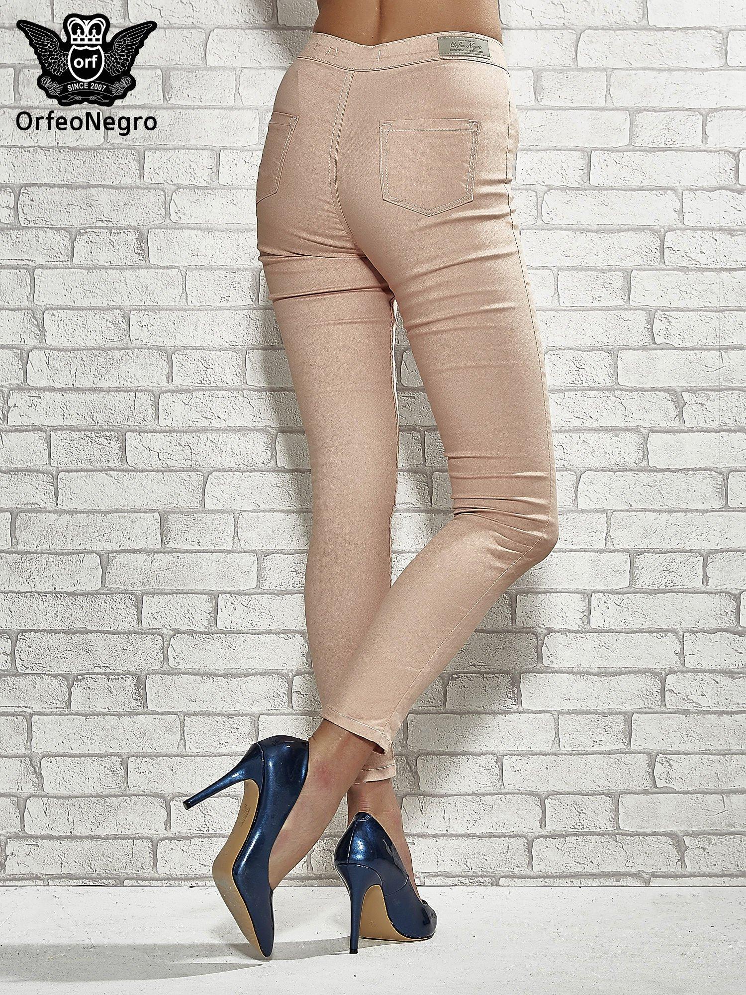 Jasnobrązowe spodnie rurki skinny                                  zdj.                                  2