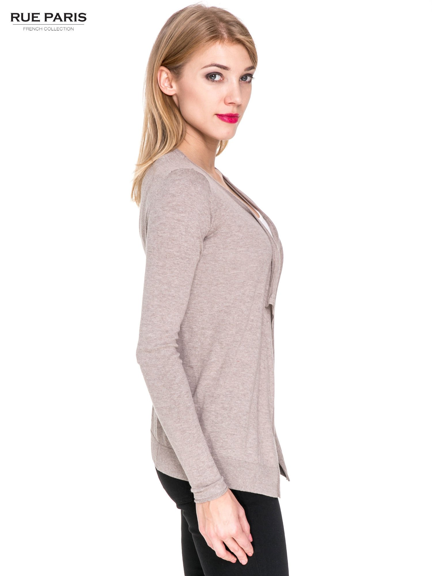 Jasnobrązowy sweterek kardigan o kaskadowym fasonie                                  zdj.                                  3