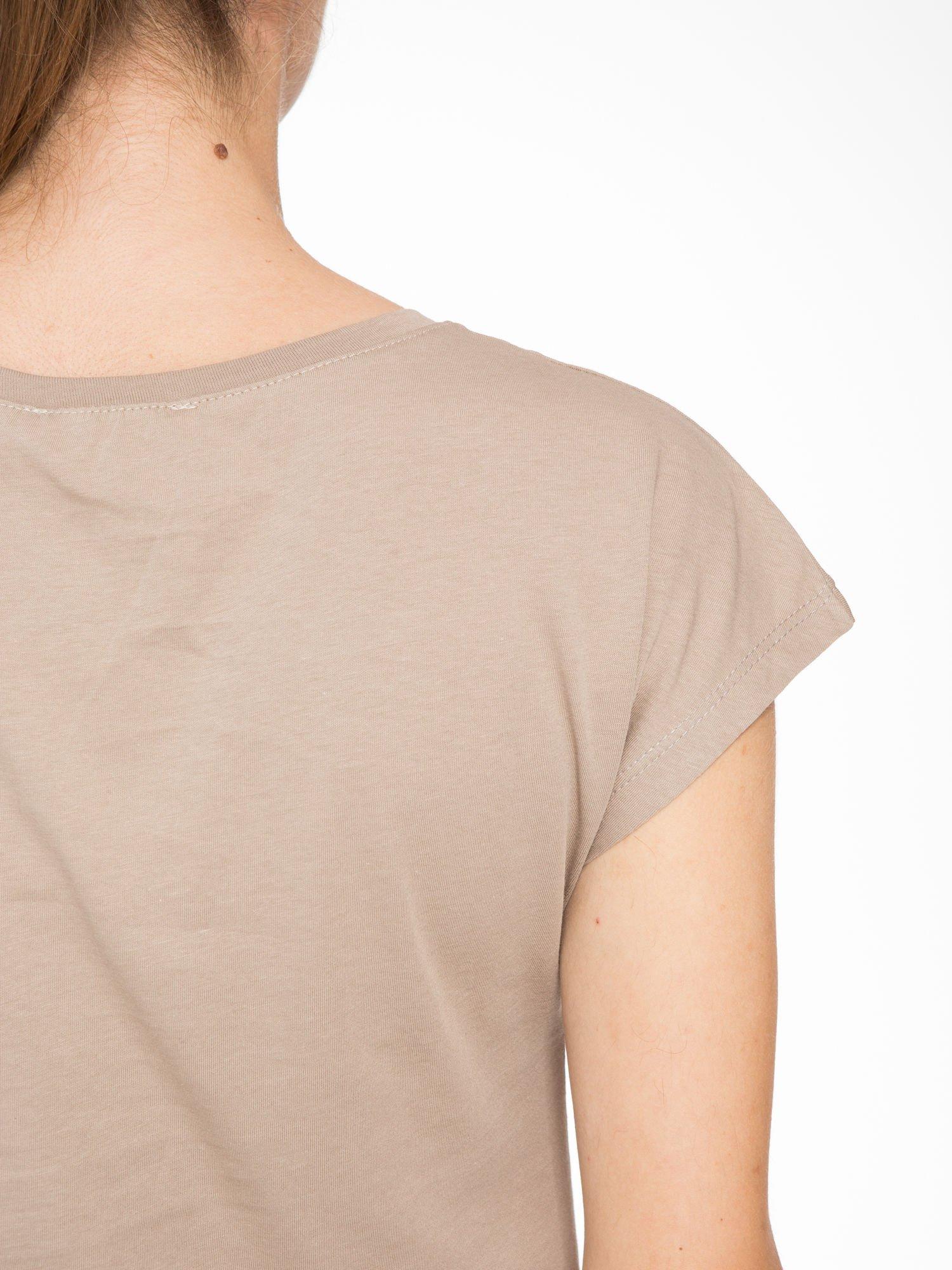Jasnobrązowy t-shirt z nadrukiem CALIFORNIA                                  zdj.                                  8