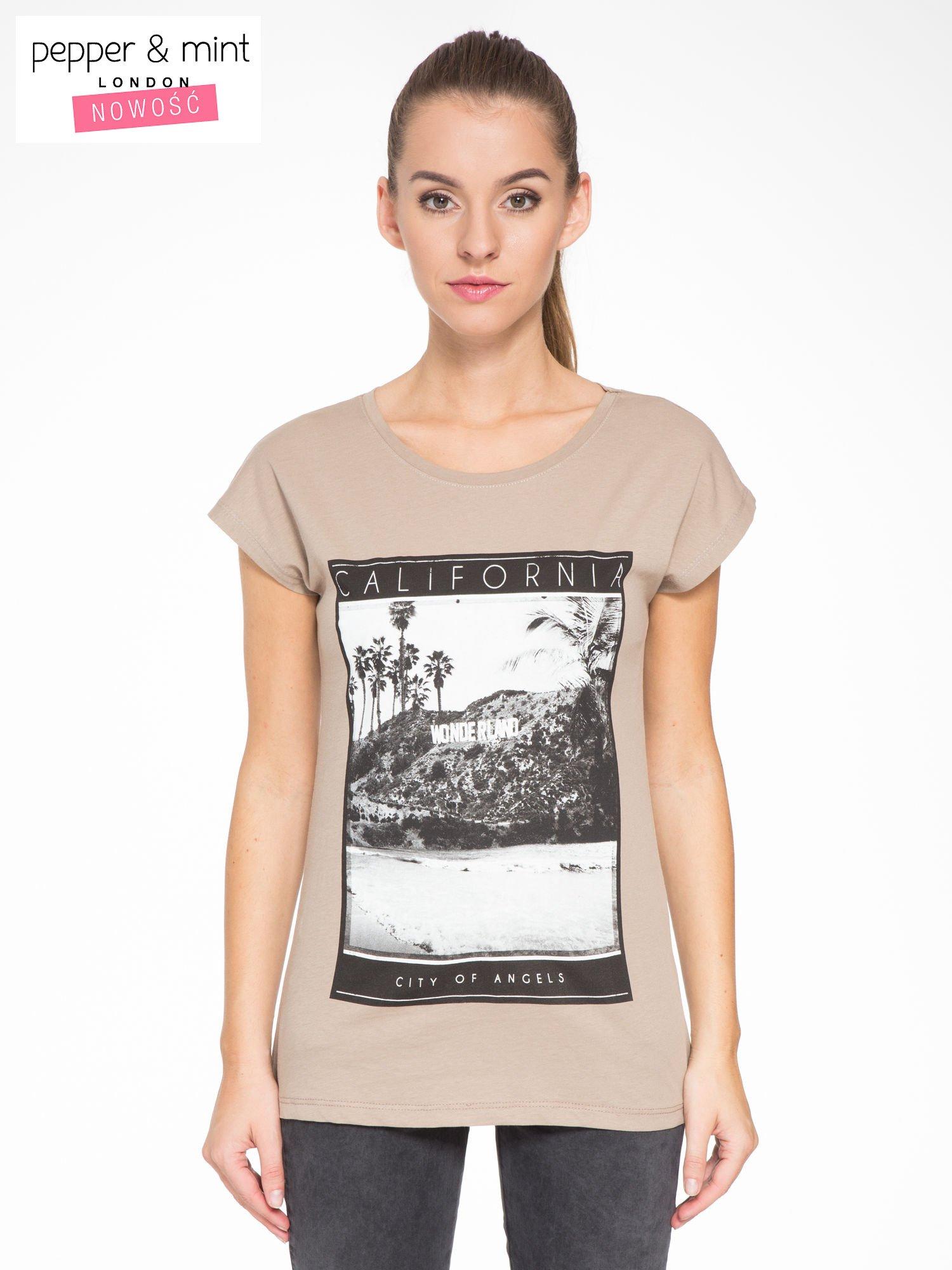 Jasnobrązowy t-shirt z nadrukiem CALIFORNIA                                  zdj.                                  1