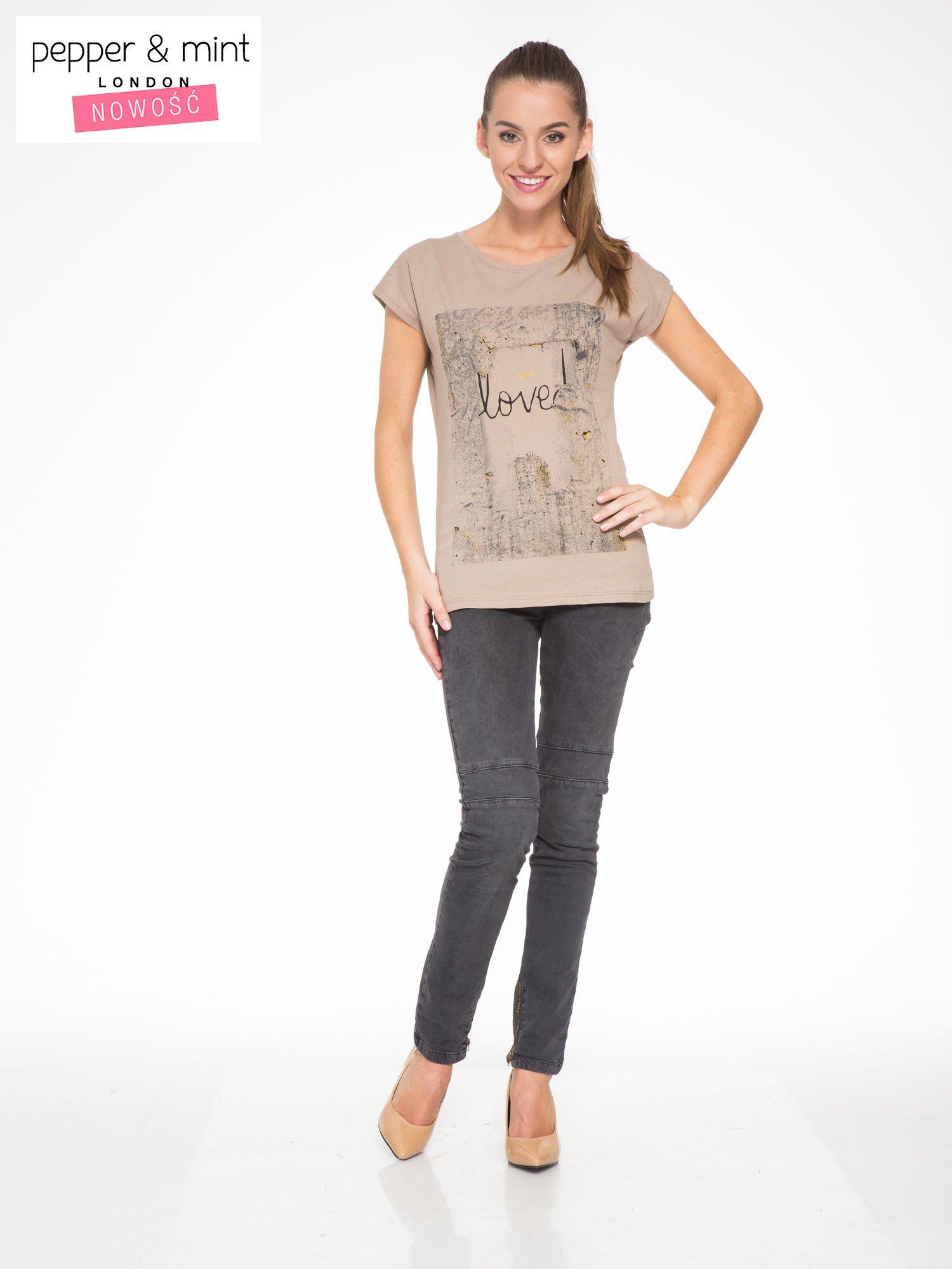 Jasnobrązowy t-shirt z napisem SHE LOVED                                  zdj.                                  5