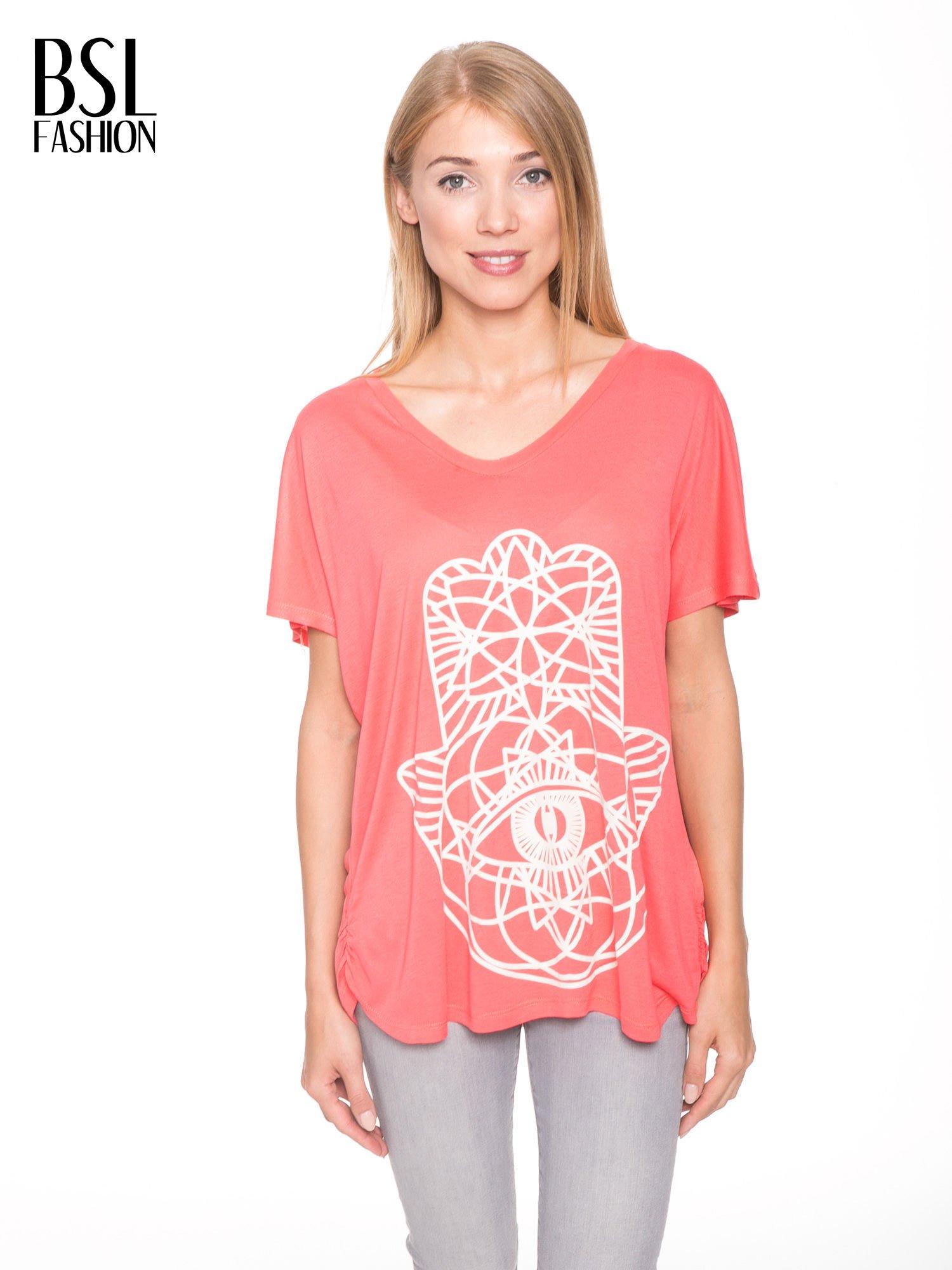 Jasnoczerwony t-shirt z ornamentowym nadrukiem                                  zdj.                                  1