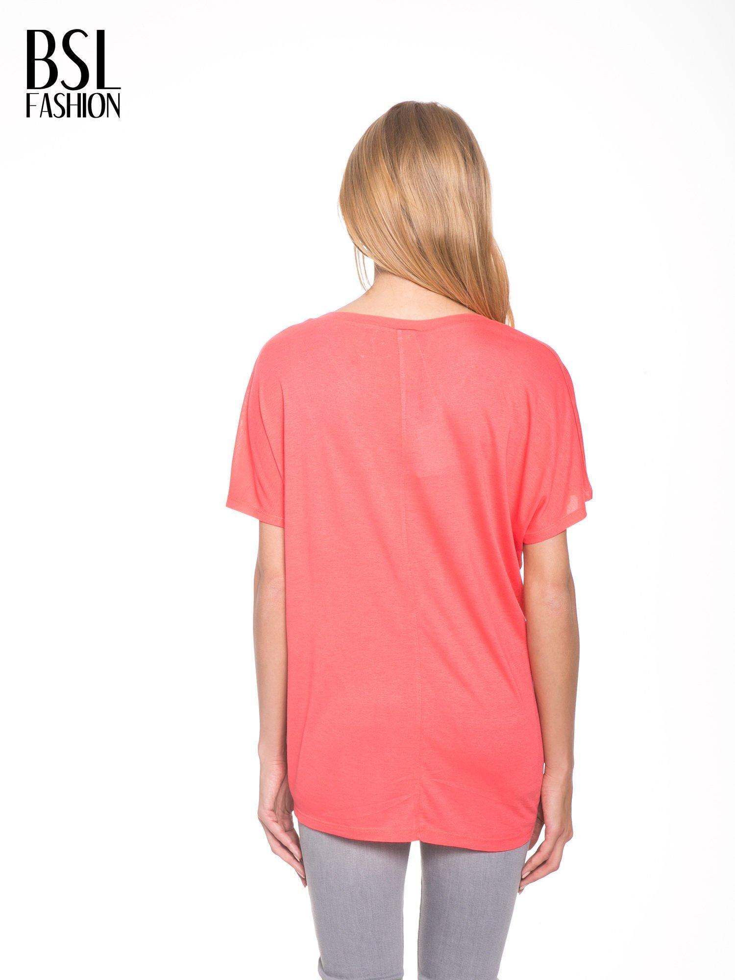 Jasnoczerwony t-shirt z ornamentowym nadrukiem                                  zdj.                                  4