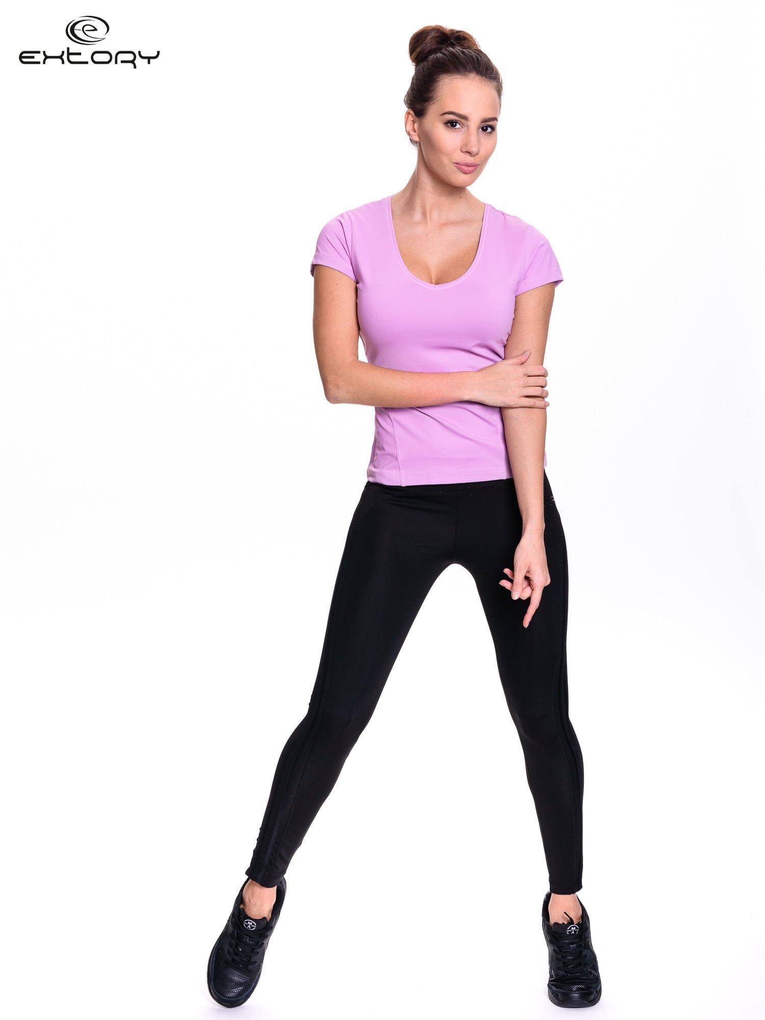 Jasnofioletowy damski t-shirt sportowy z dekoltem U                                  zdj.                                  3