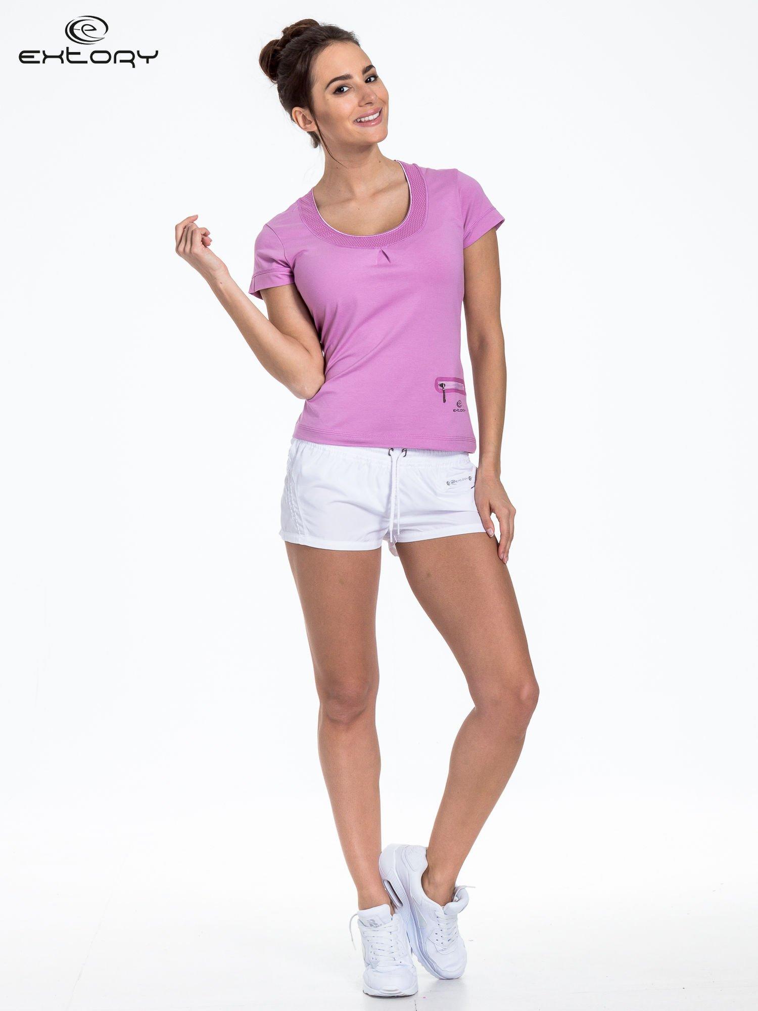 Jasnofioletowy t-shirt sportowy z kieszonką i ozdobnym dekoltem                                  zdj.                                  2