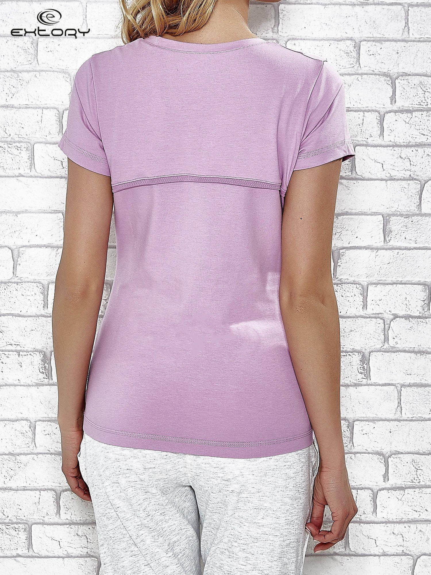 Jasnofioletowy t-shirt z trójkątnym dekoltem                                  zdj.                                  2