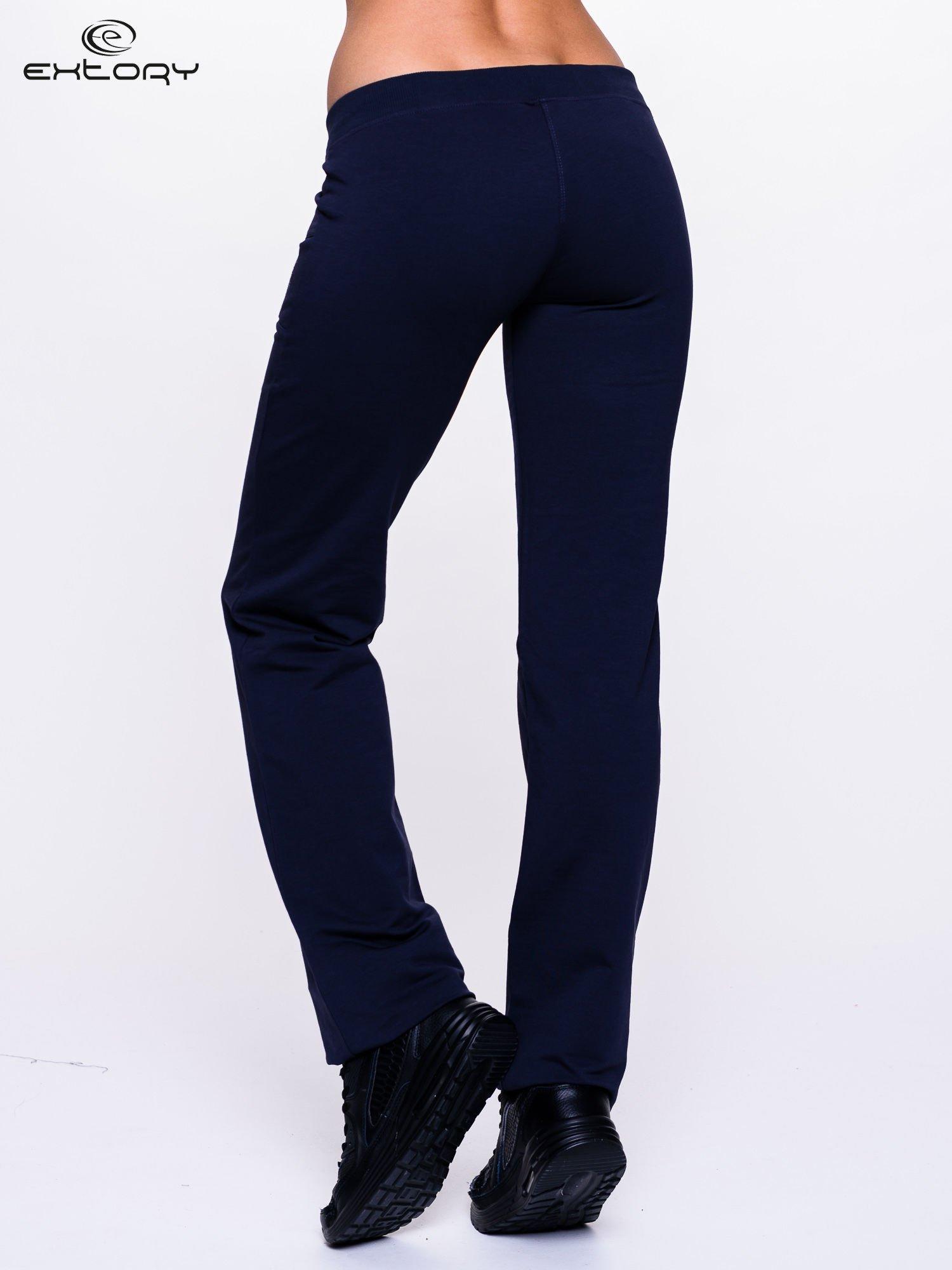 Jasnogranatowe spodnie dresowe z kwiatem z dżetami                                  zdj.                                  4