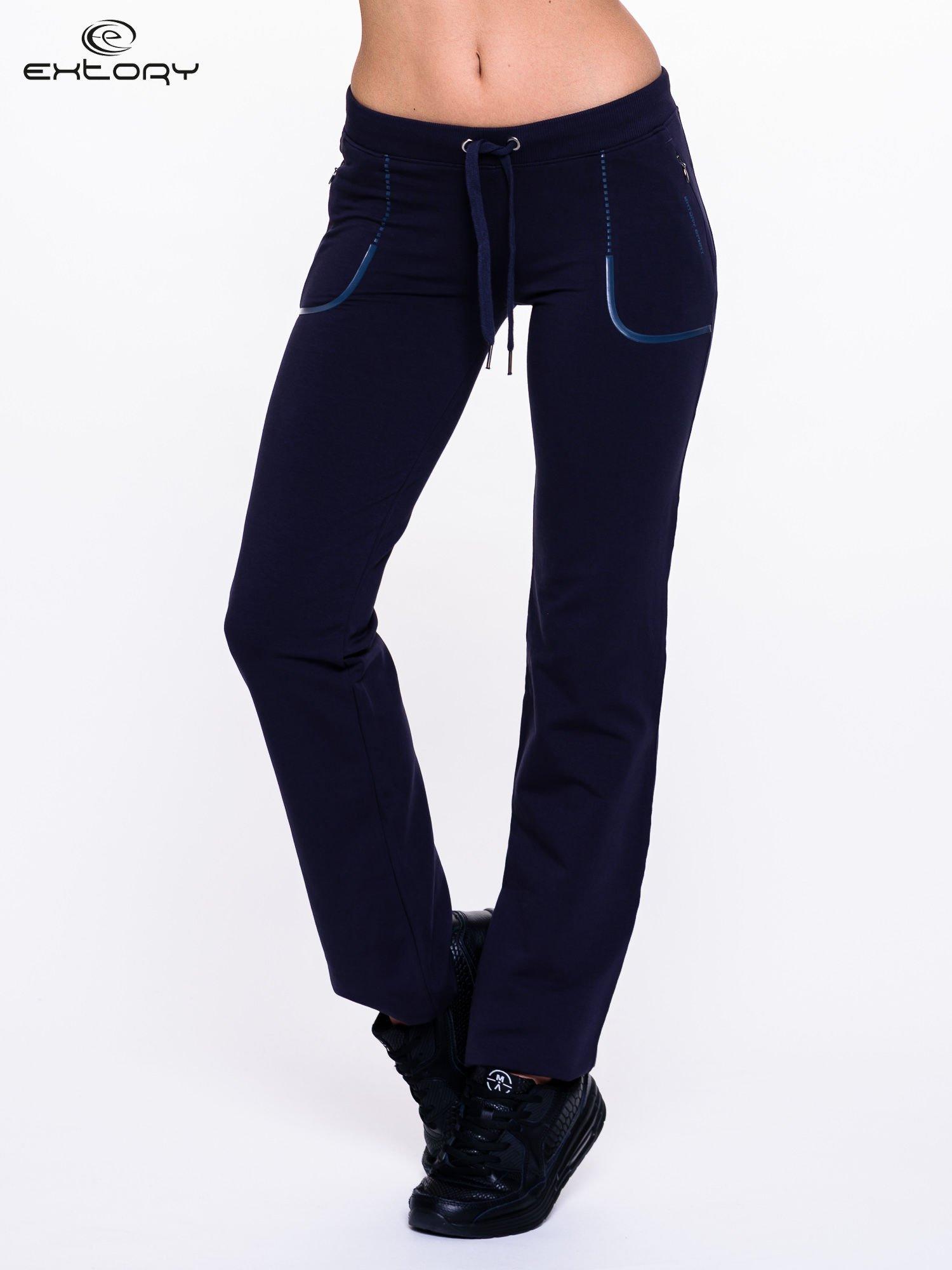 Jasnogranatowe spodnie dresowe ze skórzaną lamówką                                  zdj.                                  1