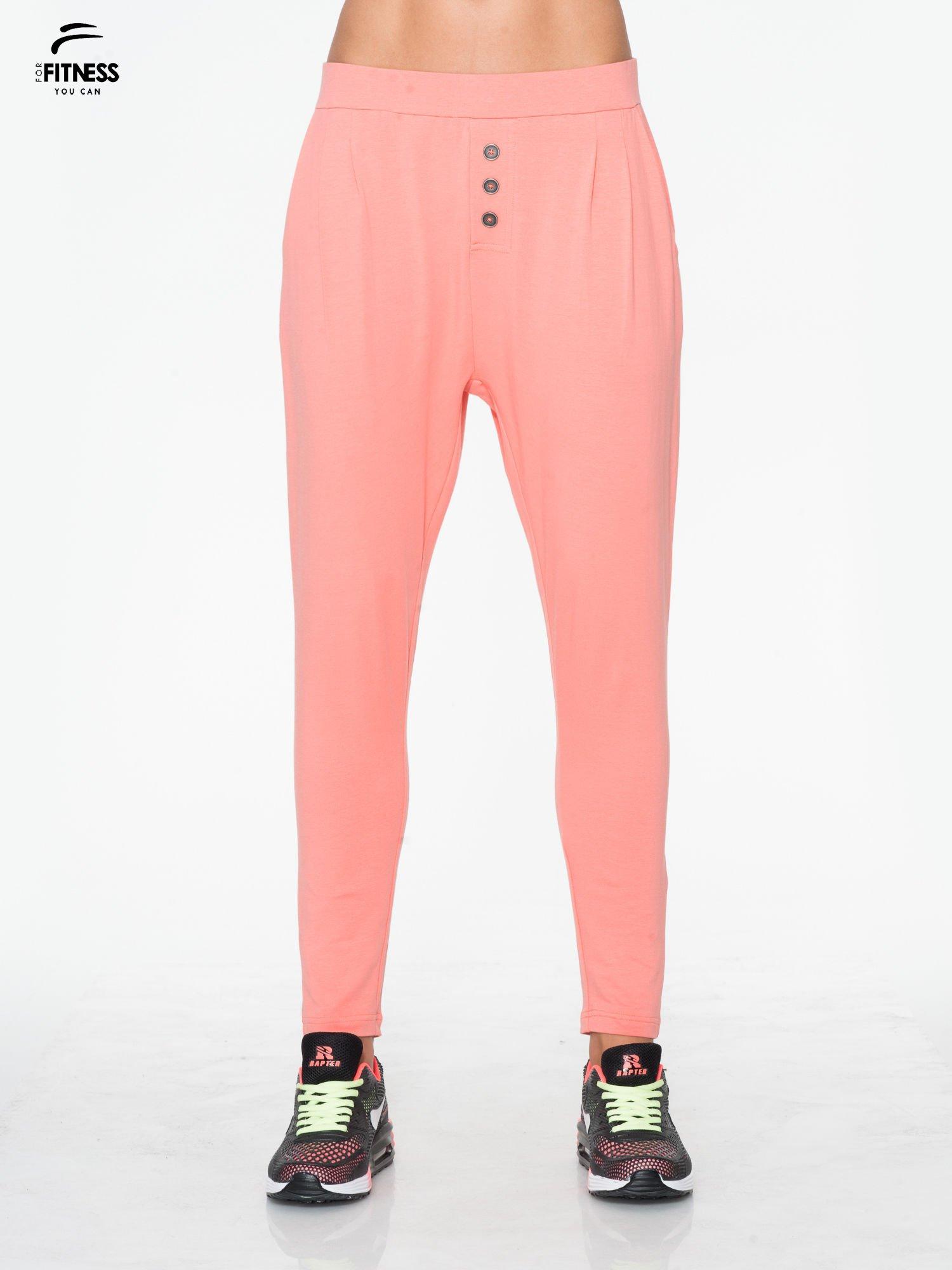 Jasnokoralowe spodnie dresowe typu baggy z guziczkami                                  zdj.                                  1
