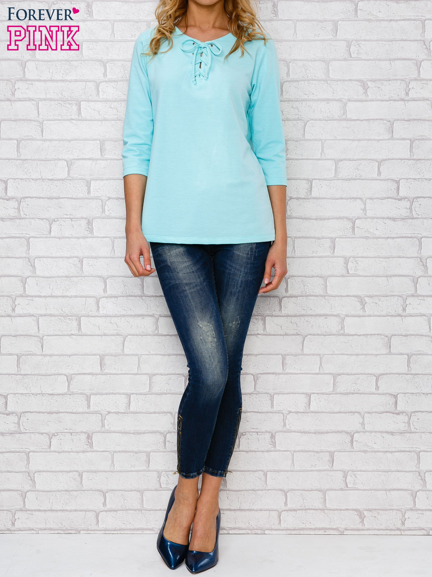 Jasnoniebieska bluzka ze sznurowanym dekoltem                                  zdj.                                  2