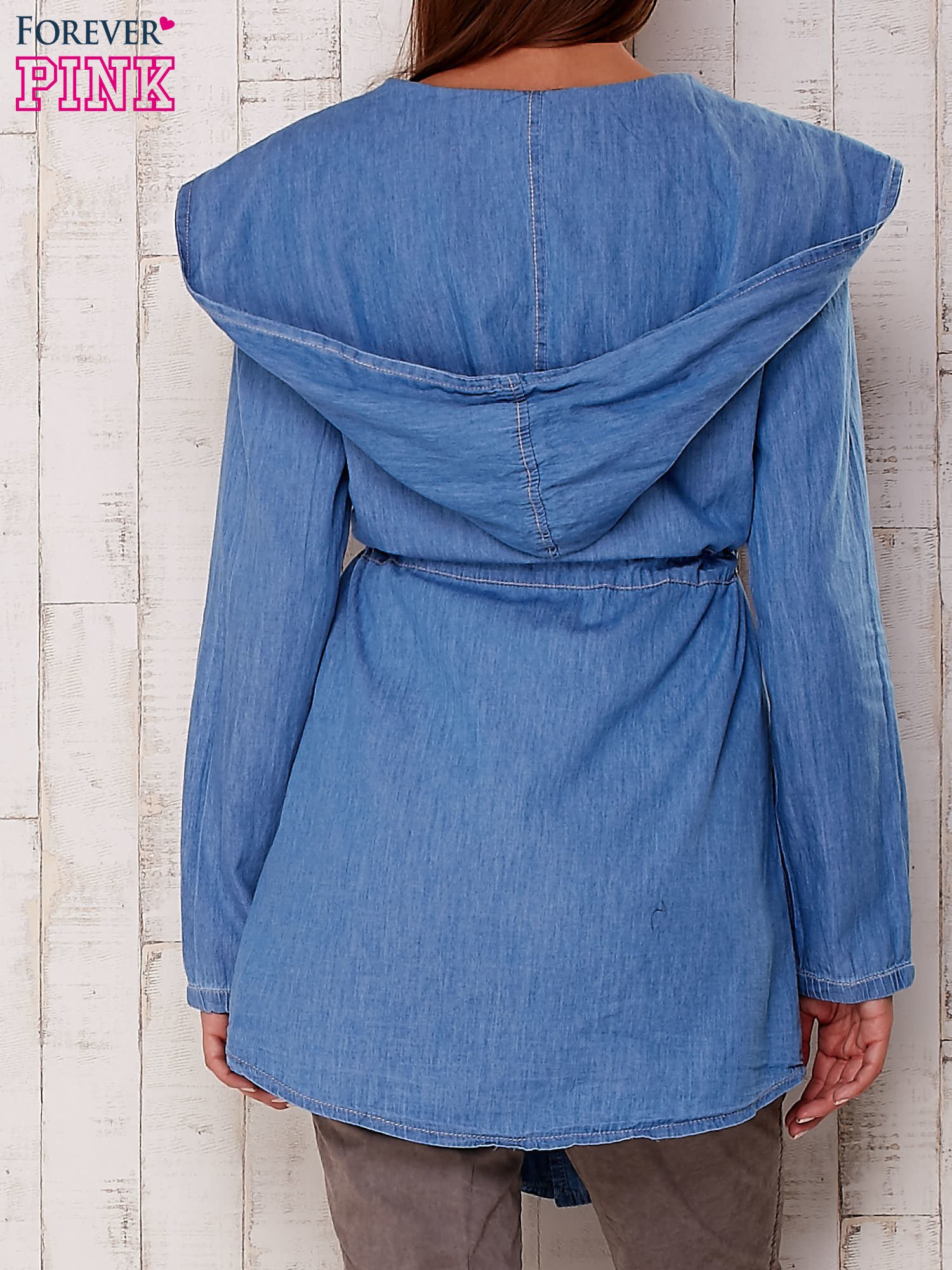 Jasnoniebieska jeansowa koszula narzutka z kapturem                                  zdj.                                  2