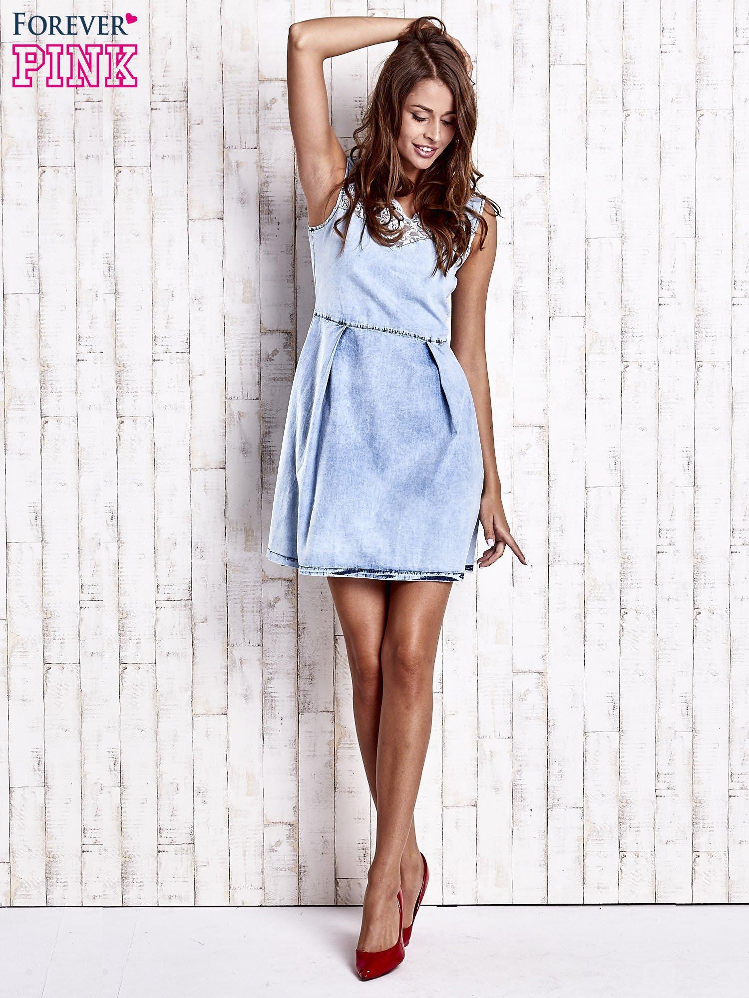 Jasnoniebieska jeansowa sukienka z koronkową wstawką                                  zdj.                                  4