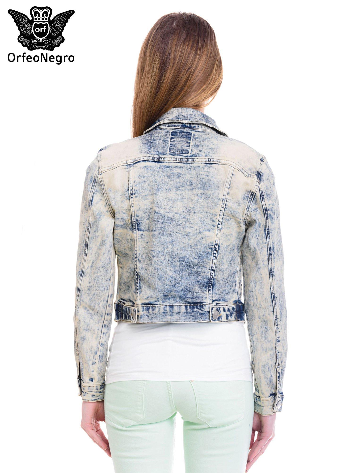 Jasnoniebieska kurtka jeansowa damska z marmurkowego denimu                                  zdj.                                  4