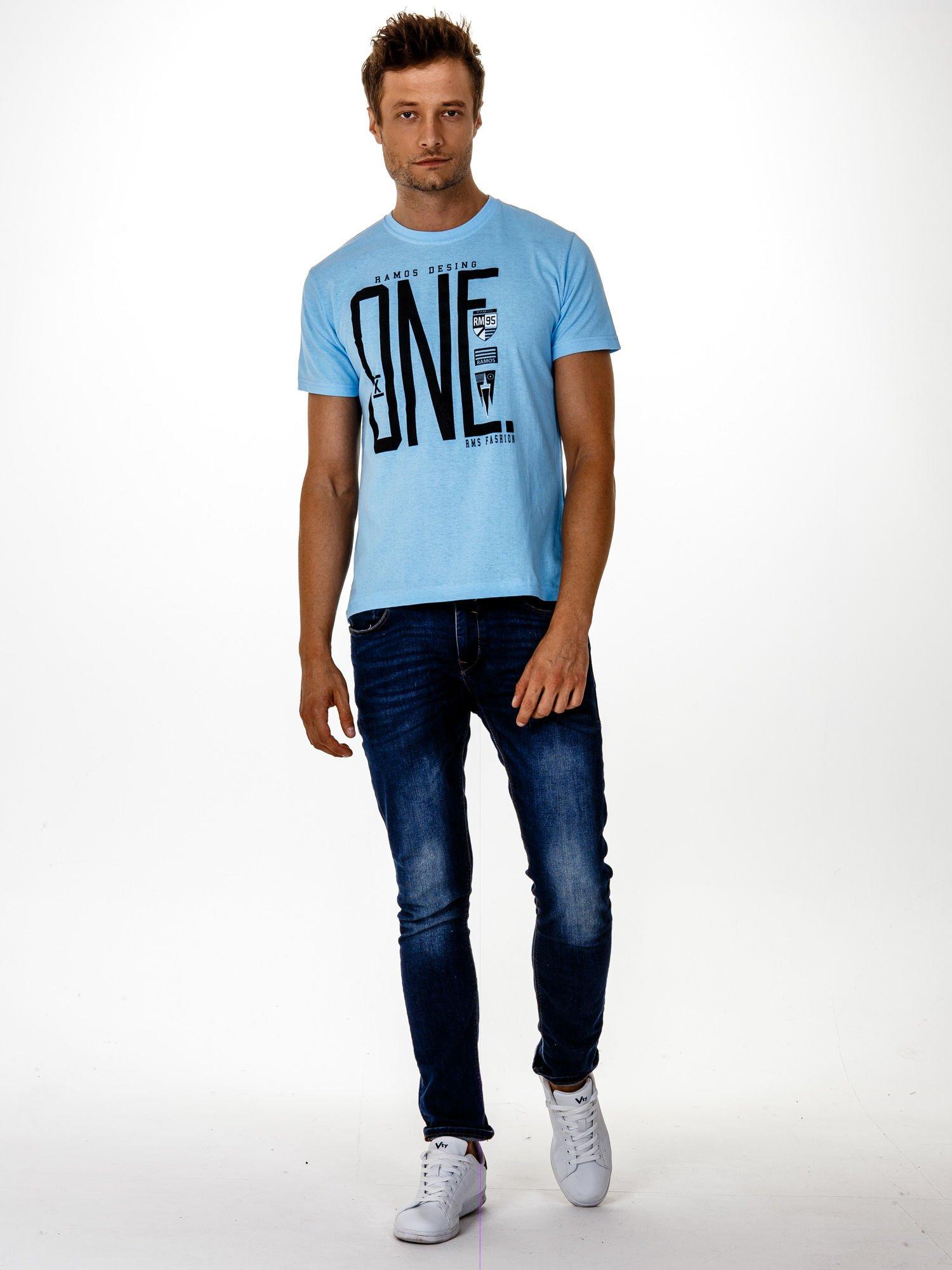Jasnoniebieski t-shirt męski z nadrukiem i napisem ONE                                  zdj.                                  4