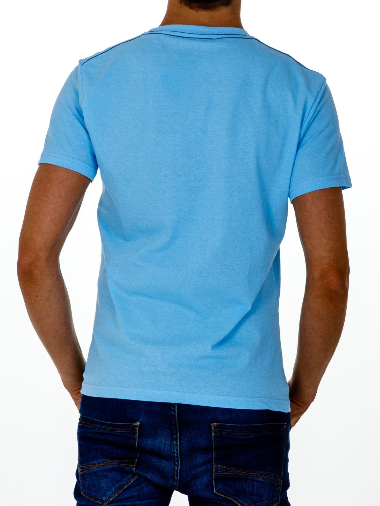 Jasnoniebieski t-shirt męski ze sportowym nadrukiem i napisem SUPERIOR                                  zdj.                                  2