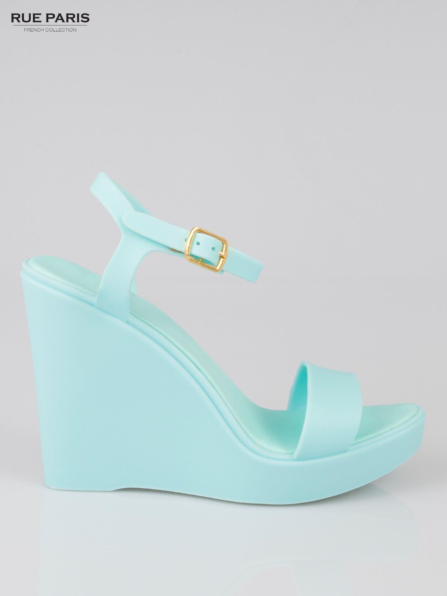 Jasnoniebieskie gumowe sandały na koturnie                                  zdj.                                  1