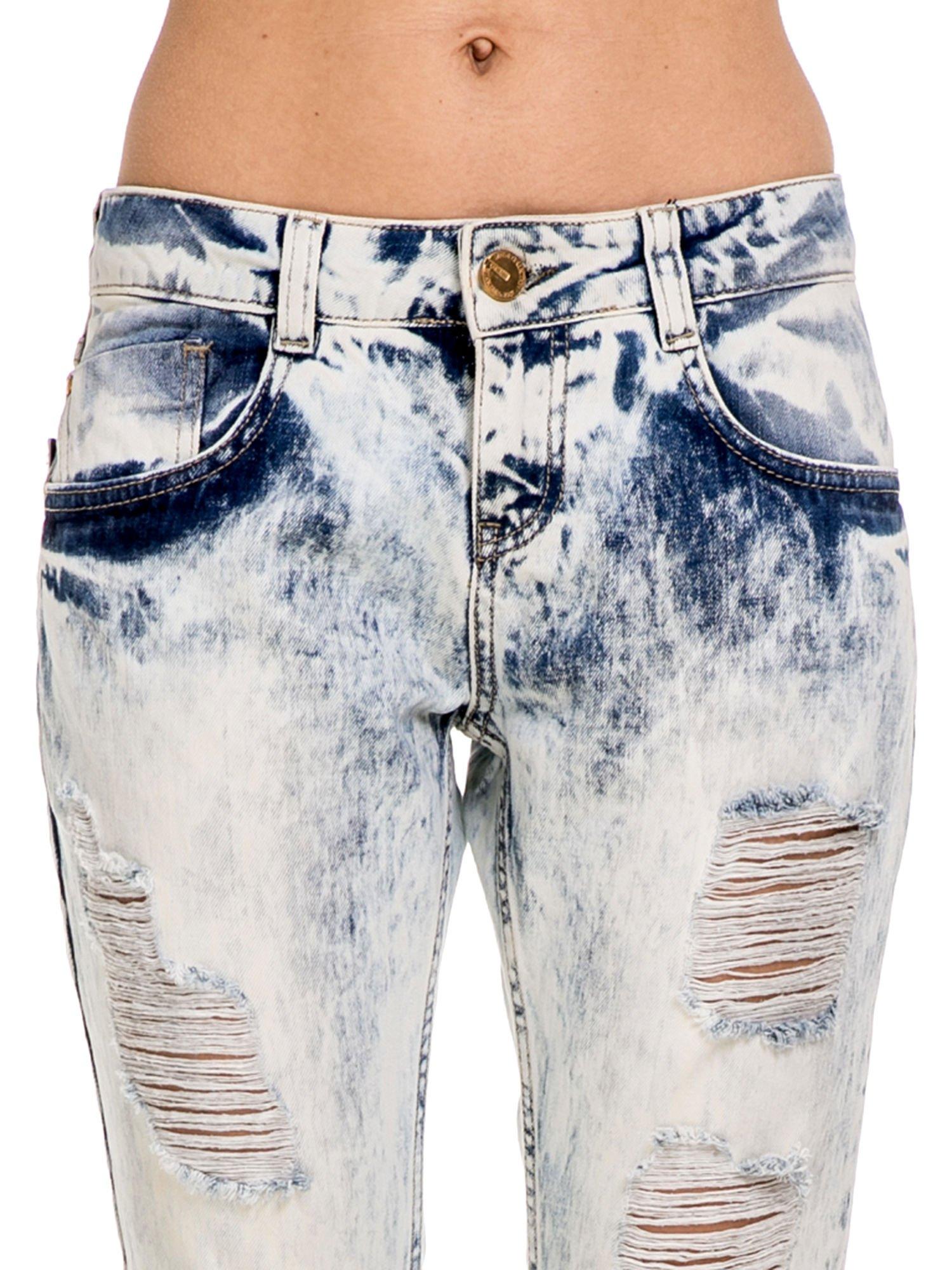 Jasnoniebieskie rozjaśniane spodnie jeansowe z przetarciami                                  zdj.                                  5