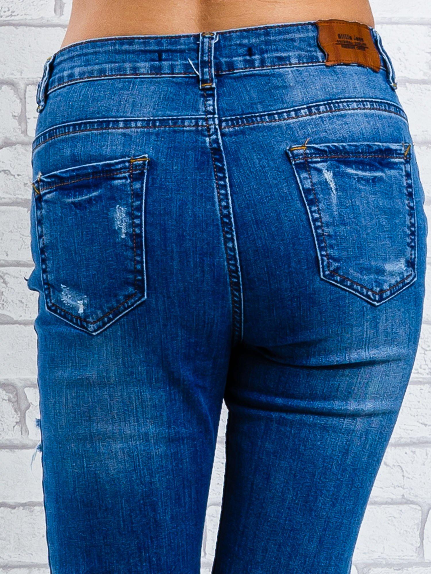 Jasnoniebieskie spodnie girlfriend jeans z naszywkami                                  zdj.                                  6