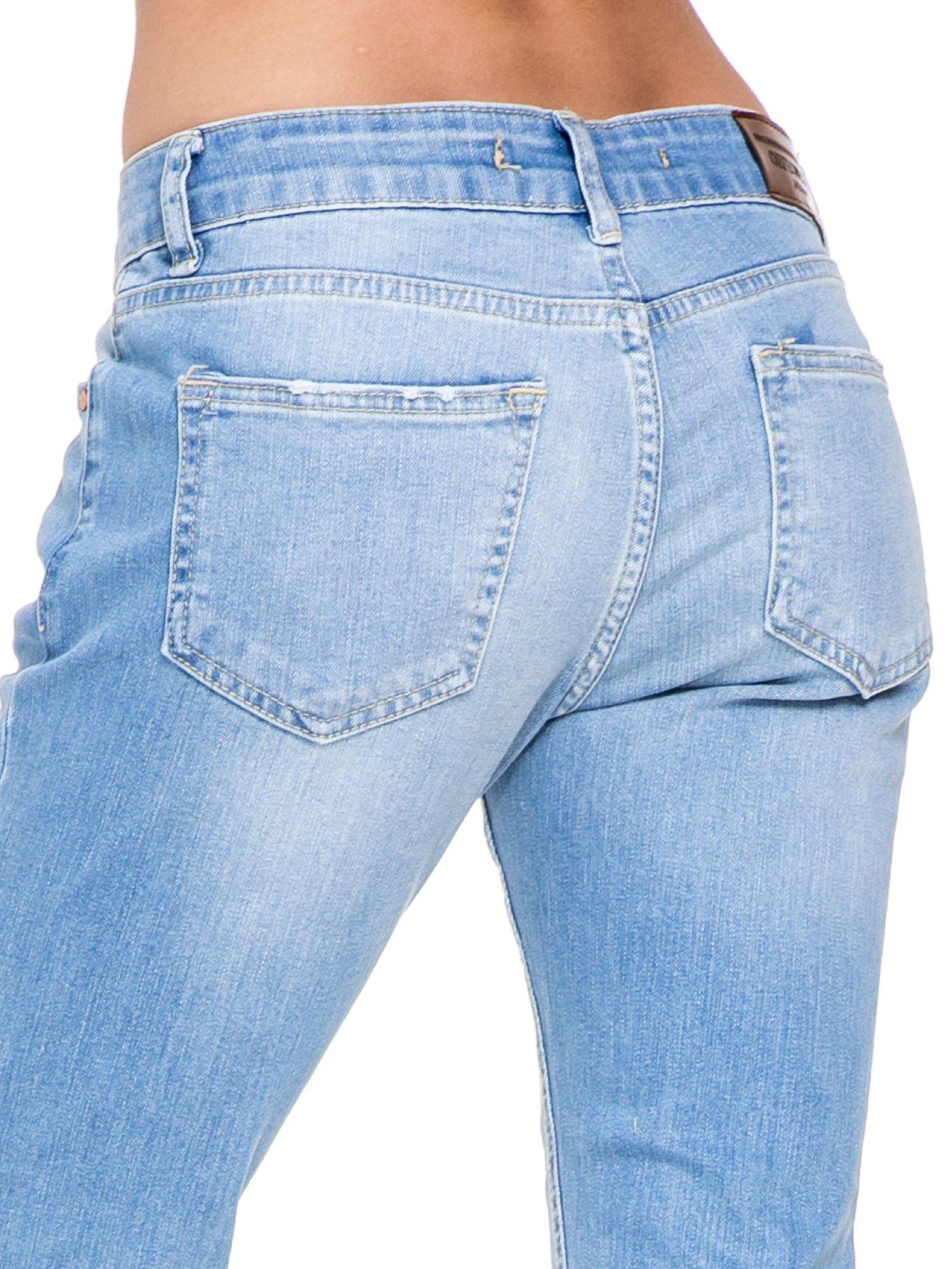 Jasnoniebieskie spodnie jeansowe o prostej nogawce z rozdarciami                                  zdj.                                  6