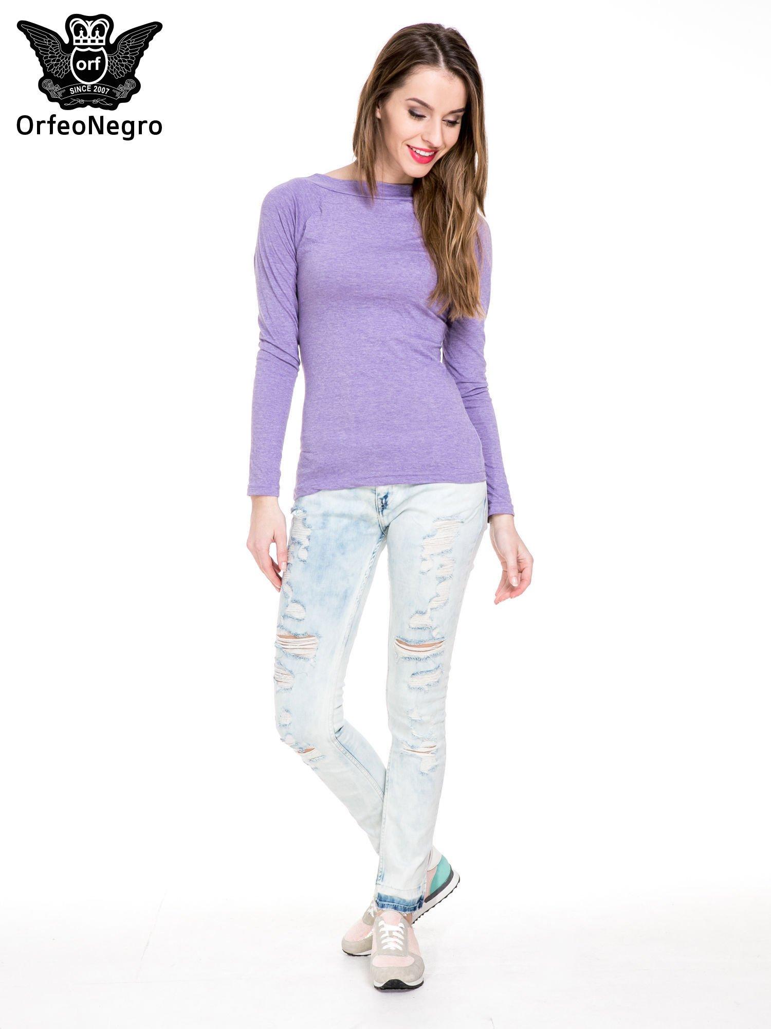 Jasnoniebieskie spodnie jeansowe rurki z przetarciami i poszarpaną na dole nogawką                                  zdj.                                  2