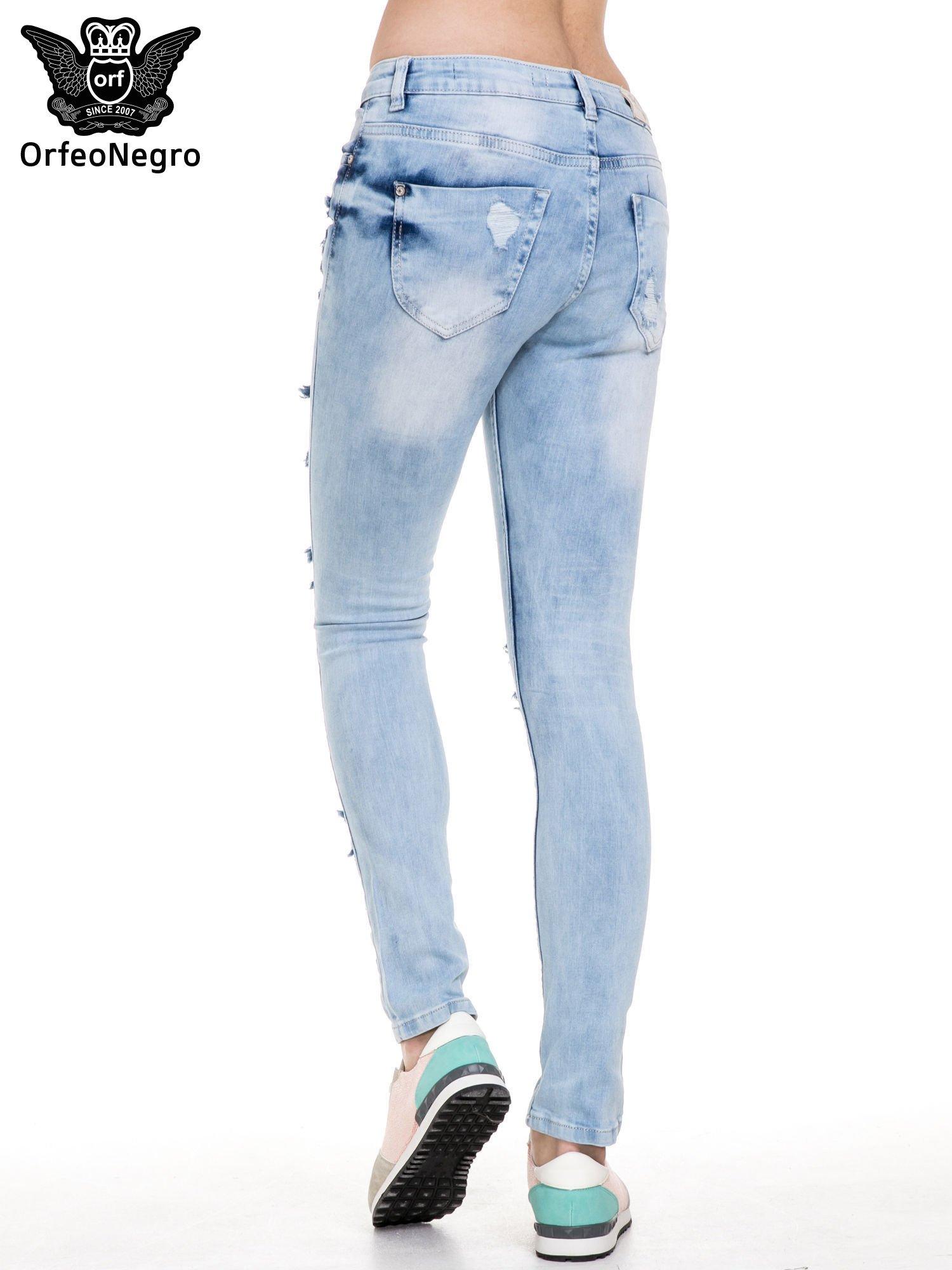 Jasnoniebieskie spodnie jeansowe rurki z rozdarciami i przetarciami                                  zdj.                                  5