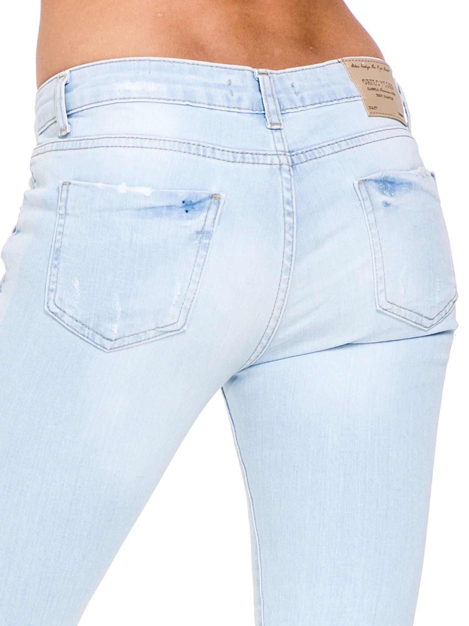 Jasnoniebieskie spodnie jeasnowe skinny jeans z łatami i dziurami                                  zdj.                                  7