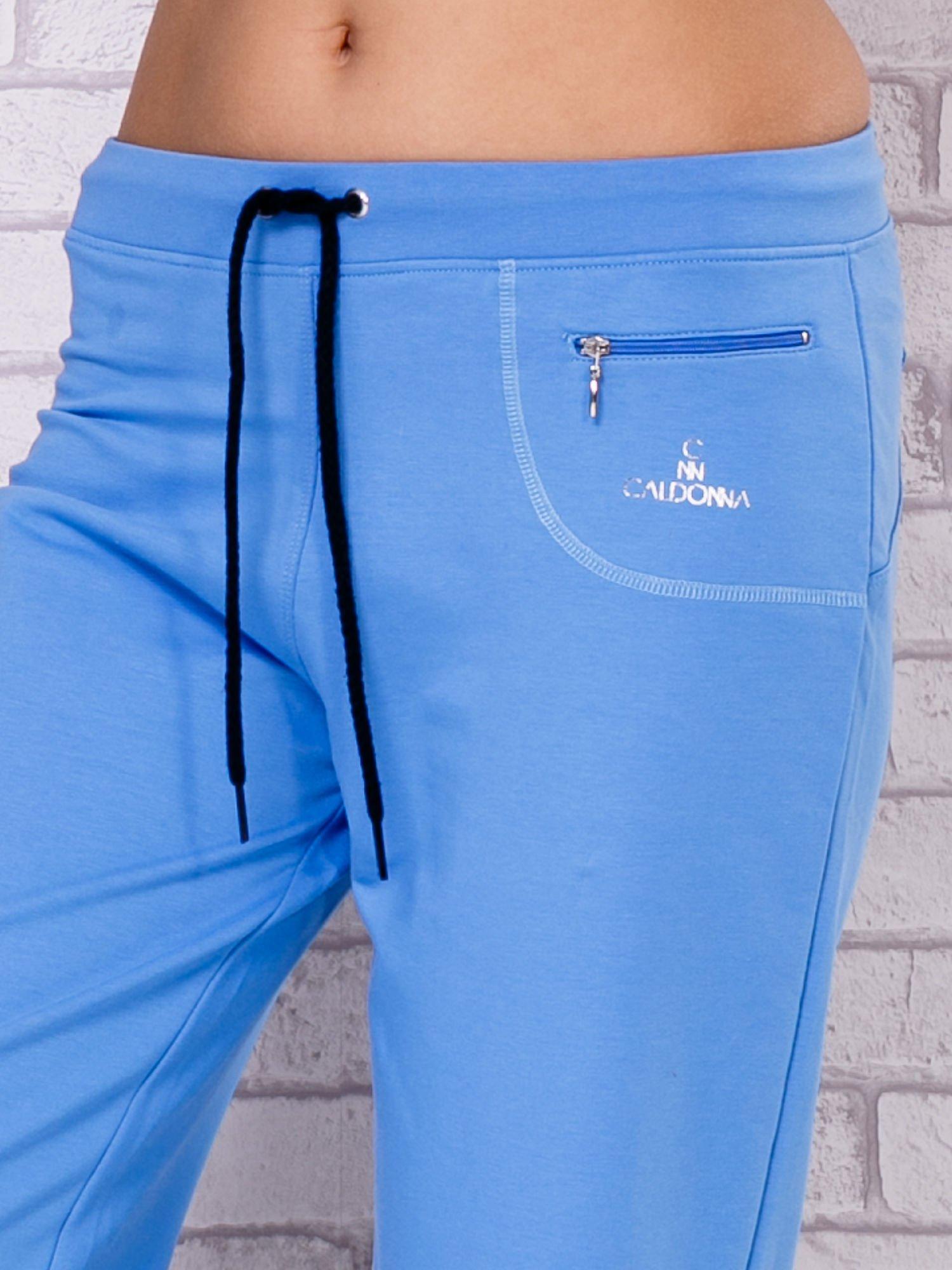 Jasnoniebieskie spodnie sportowe capri                                  zdj.                                  4