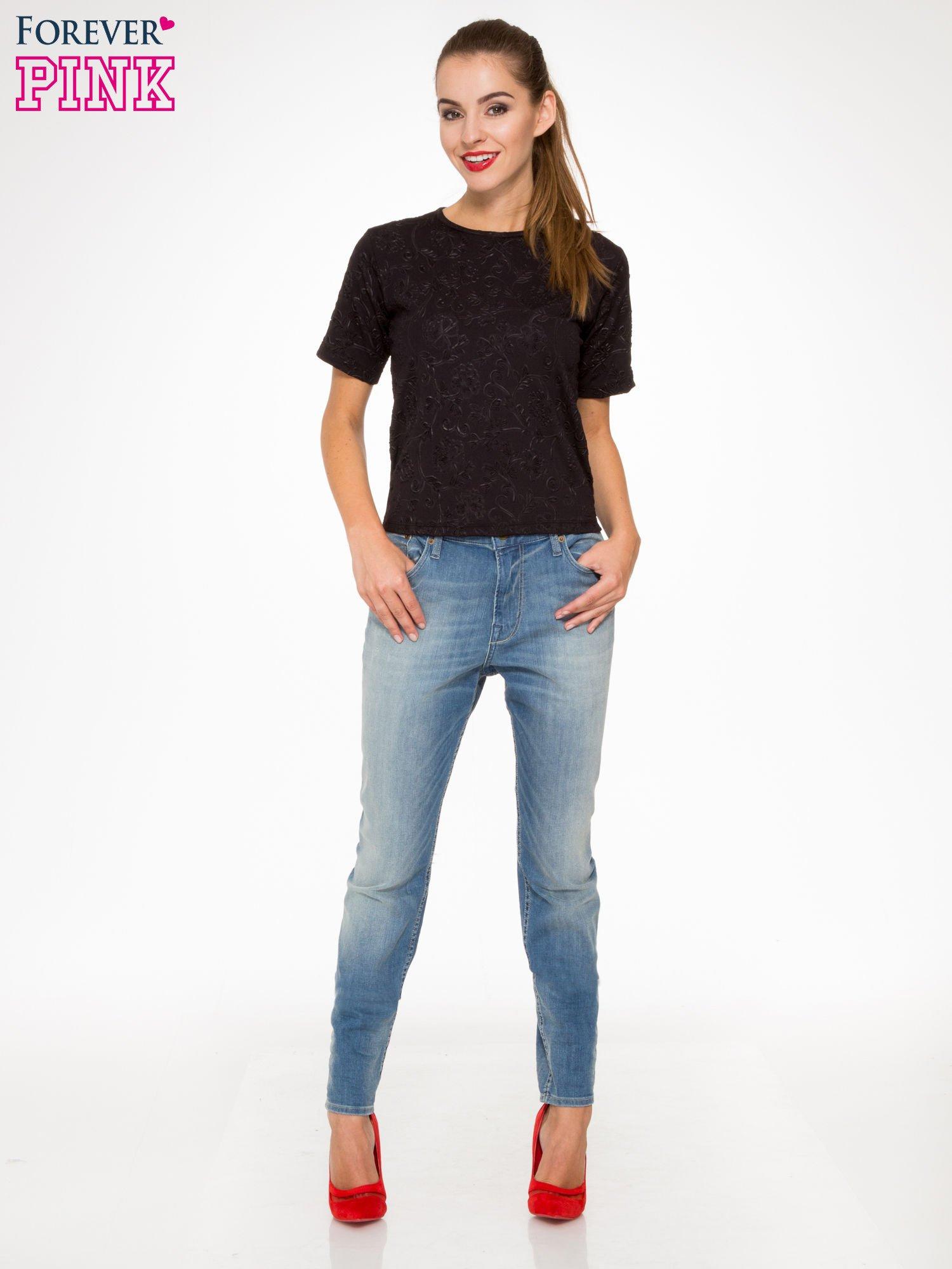 Jasnoniebieskie spodnie typu boyfriend jeans z rozjaśnianą nogawką                                  zdj.                                  4