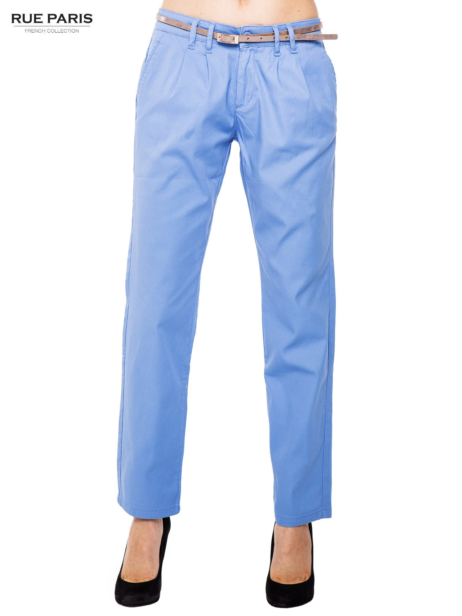 Jasnoniebieskie spodnie z paskiem z lakierowanej skóry                                  zdj.                                  1