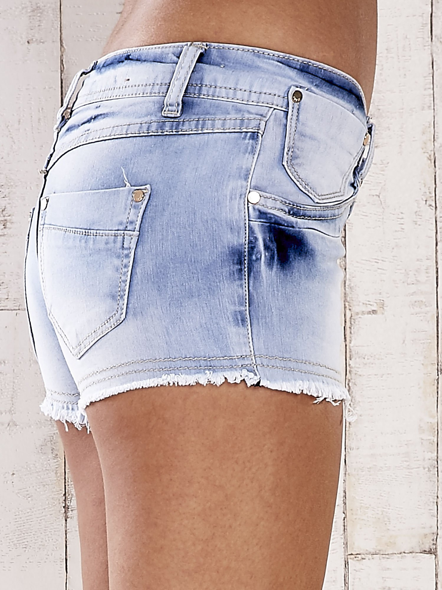 Jasnoniebieskie szorty jeansowe z postrzępionymi nogawkami                                  zdj.                                  6