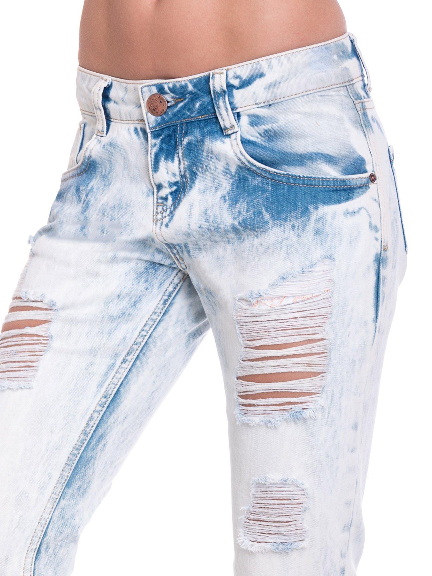 Jasnoniebieskie wycierane jeansowe rurki z dziurami                                  zdj.                                  6