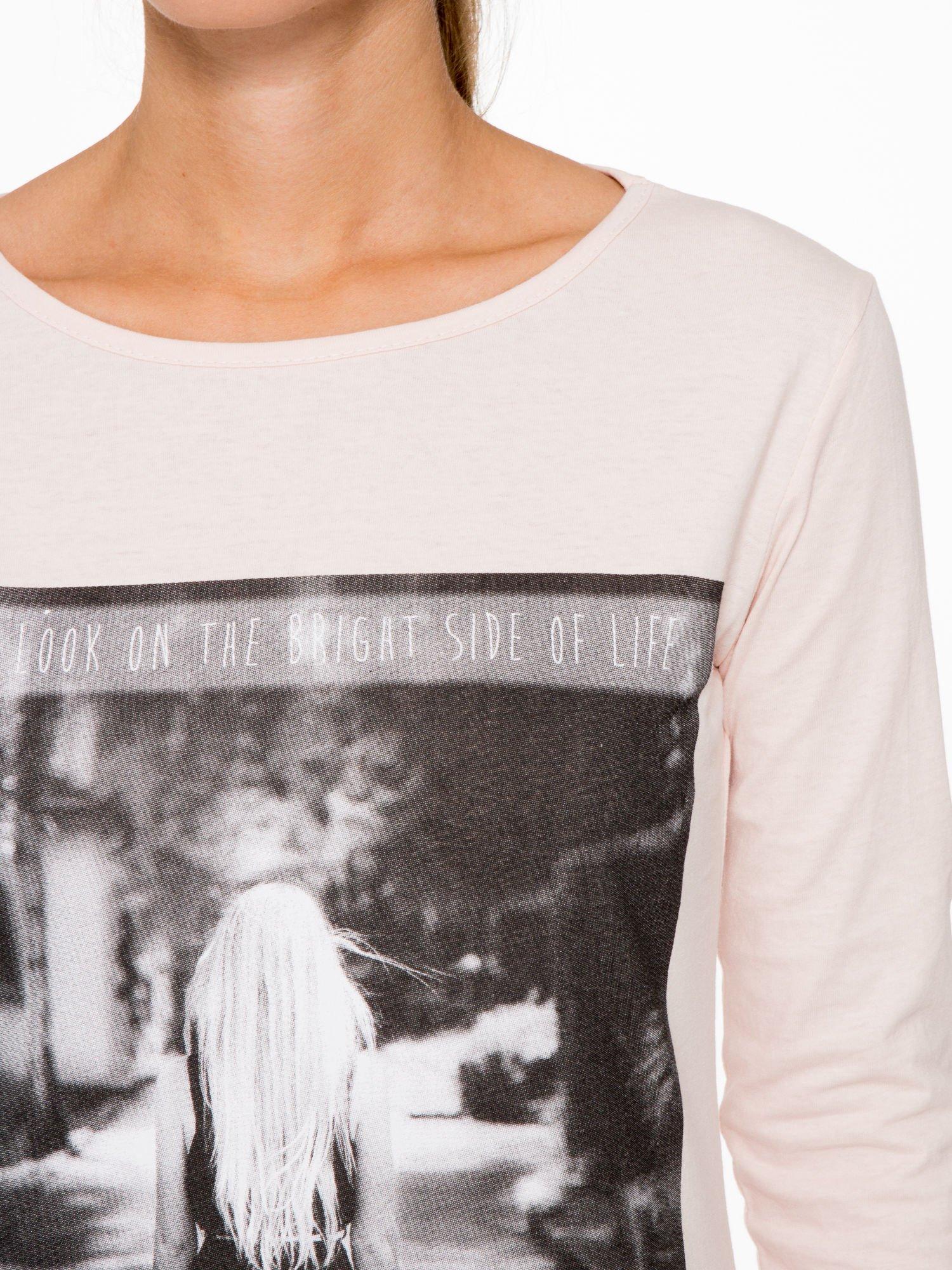 Jasnoróżowa bluzka z fotografią dziewczyny                                  zdj.                                  6