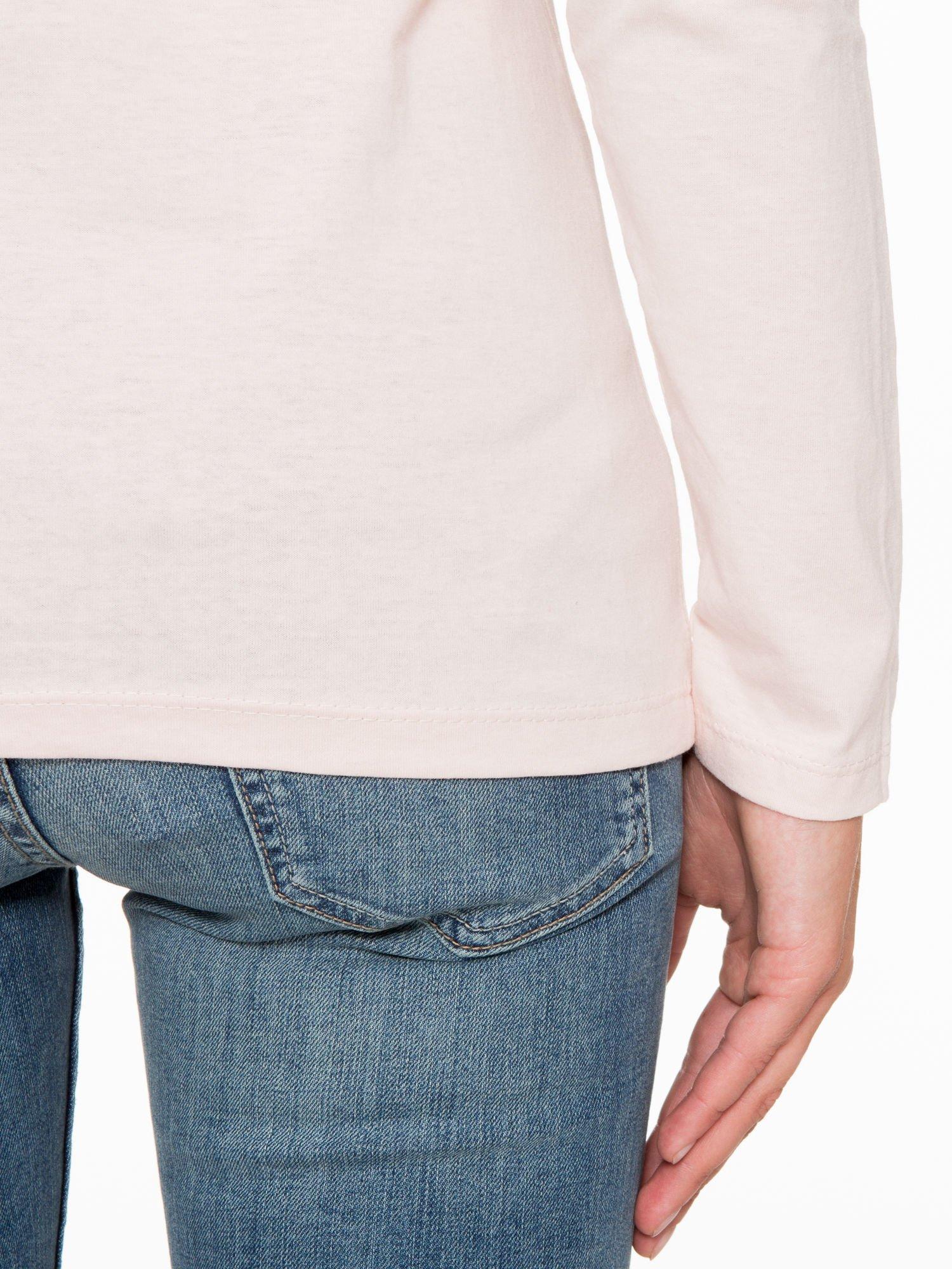Jasnoróżowa bluzka z fotografią dziewczyny                                  zdj.                                  10