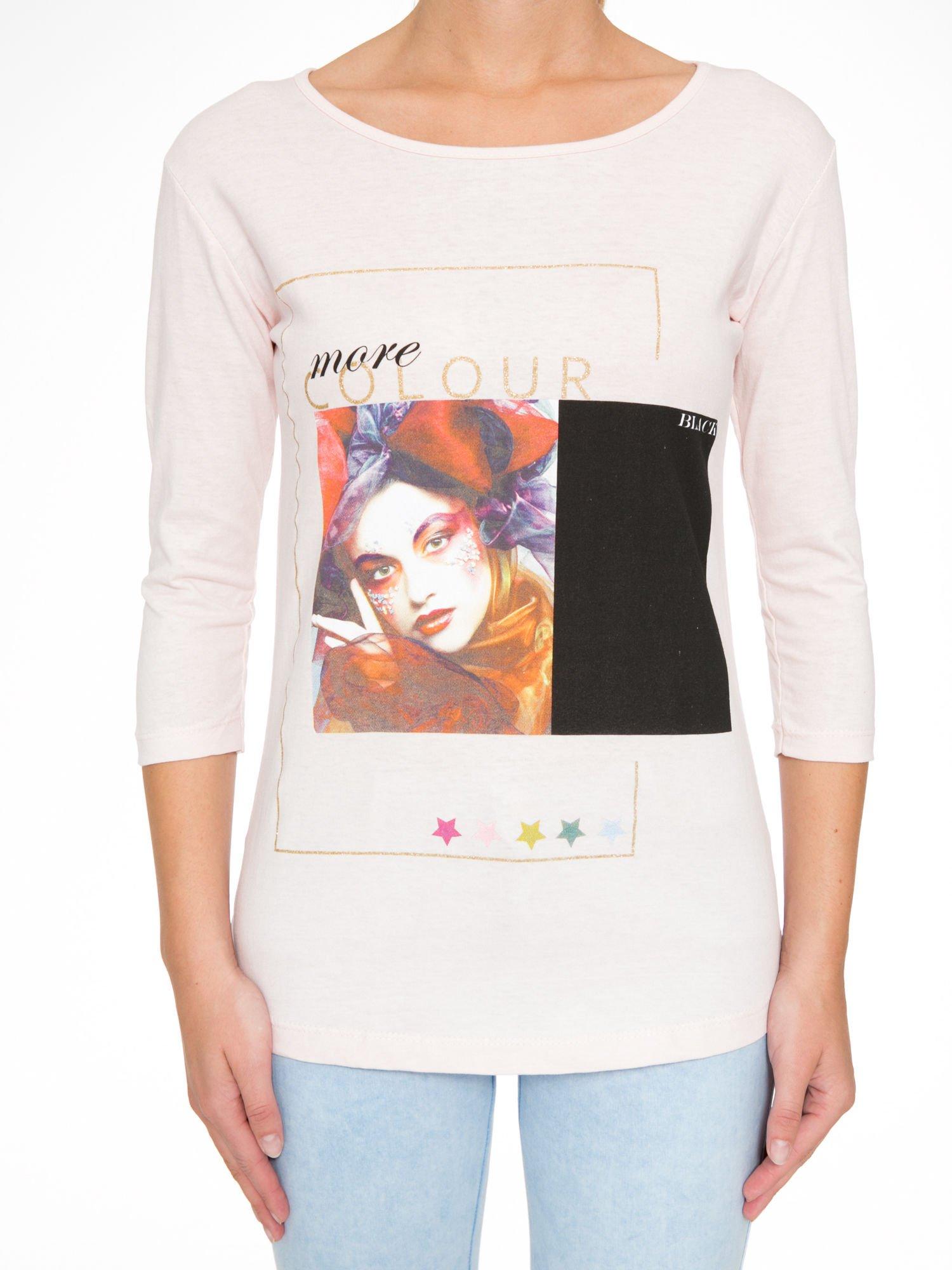 Jasnoróżowa bluzka z nadrukiem fashion i napisem MORE COLOUR                                  zdj.                                  8