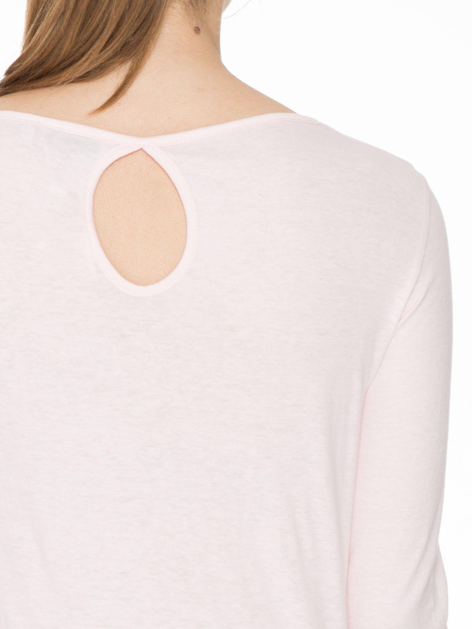 Jasnoróżowa gładka bluzka z łezką z tyłu                                  zdj.                                  5