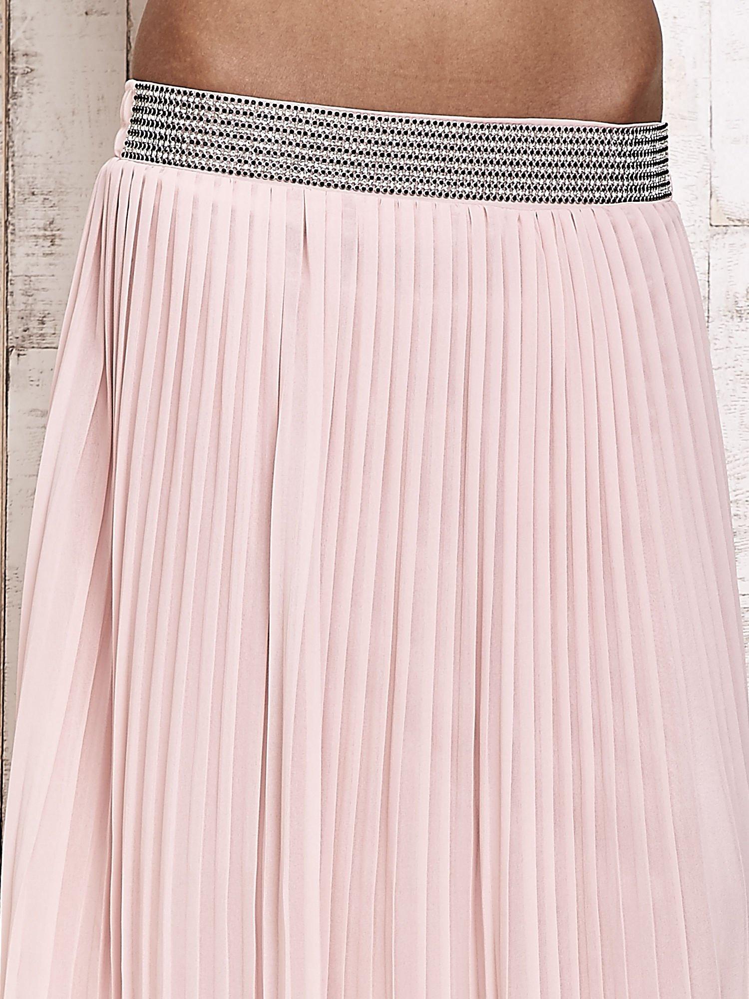 Jasnoróżowa spódnica maxi plisowana z dżetami w pasie                                  zdj.                                  4